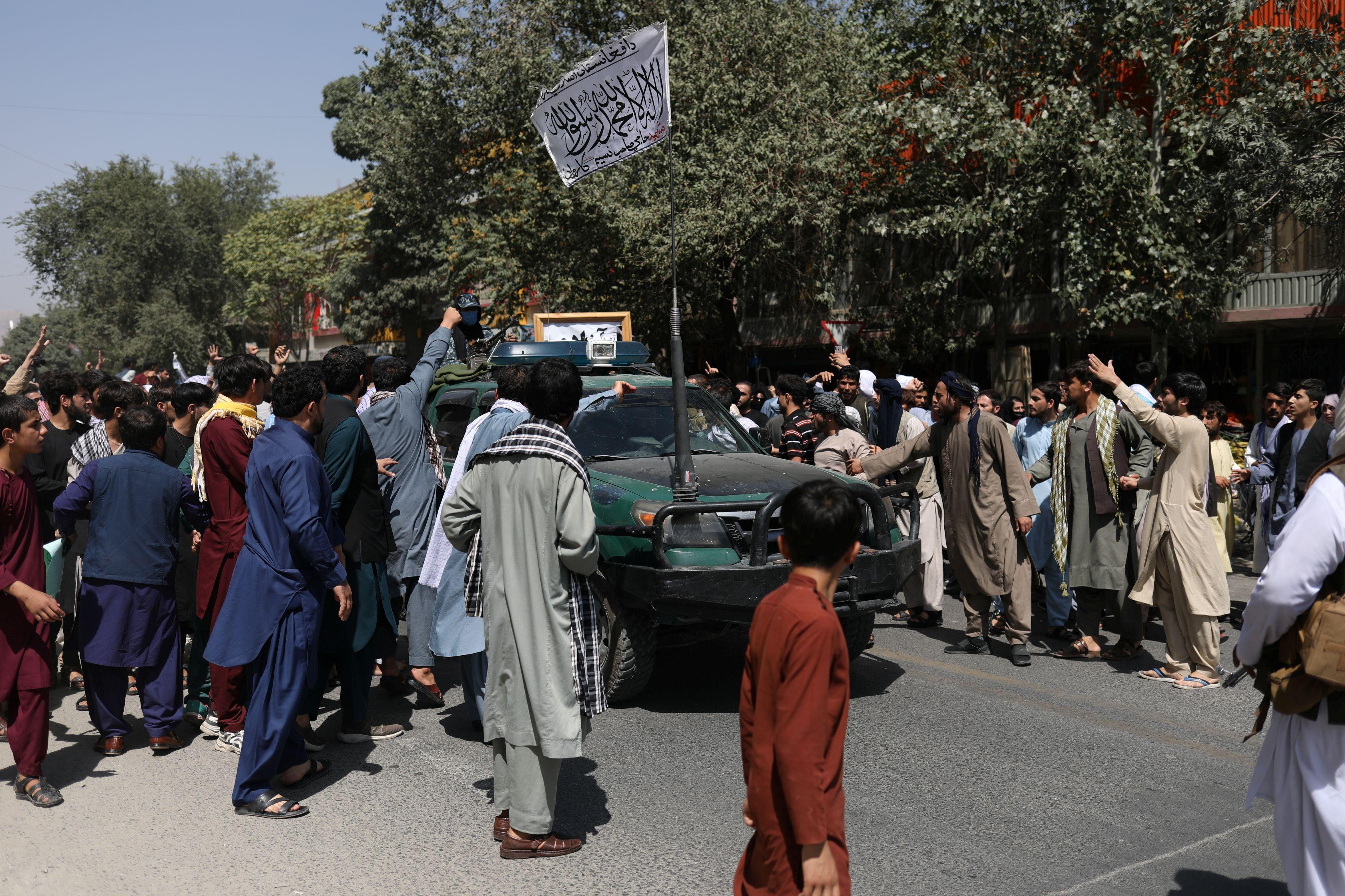 Mae protestwyr yn ymgynnull o amgylch car gyda baner y Taliban wedi'i godi ar ei ben yn ystod y brotest gwrth-Bacistan yn Kabul, Afghanistan, Medi 7, 2021. WANA (Asiantaeth Newyddion Gorllewin Asia) trwy REUTERS