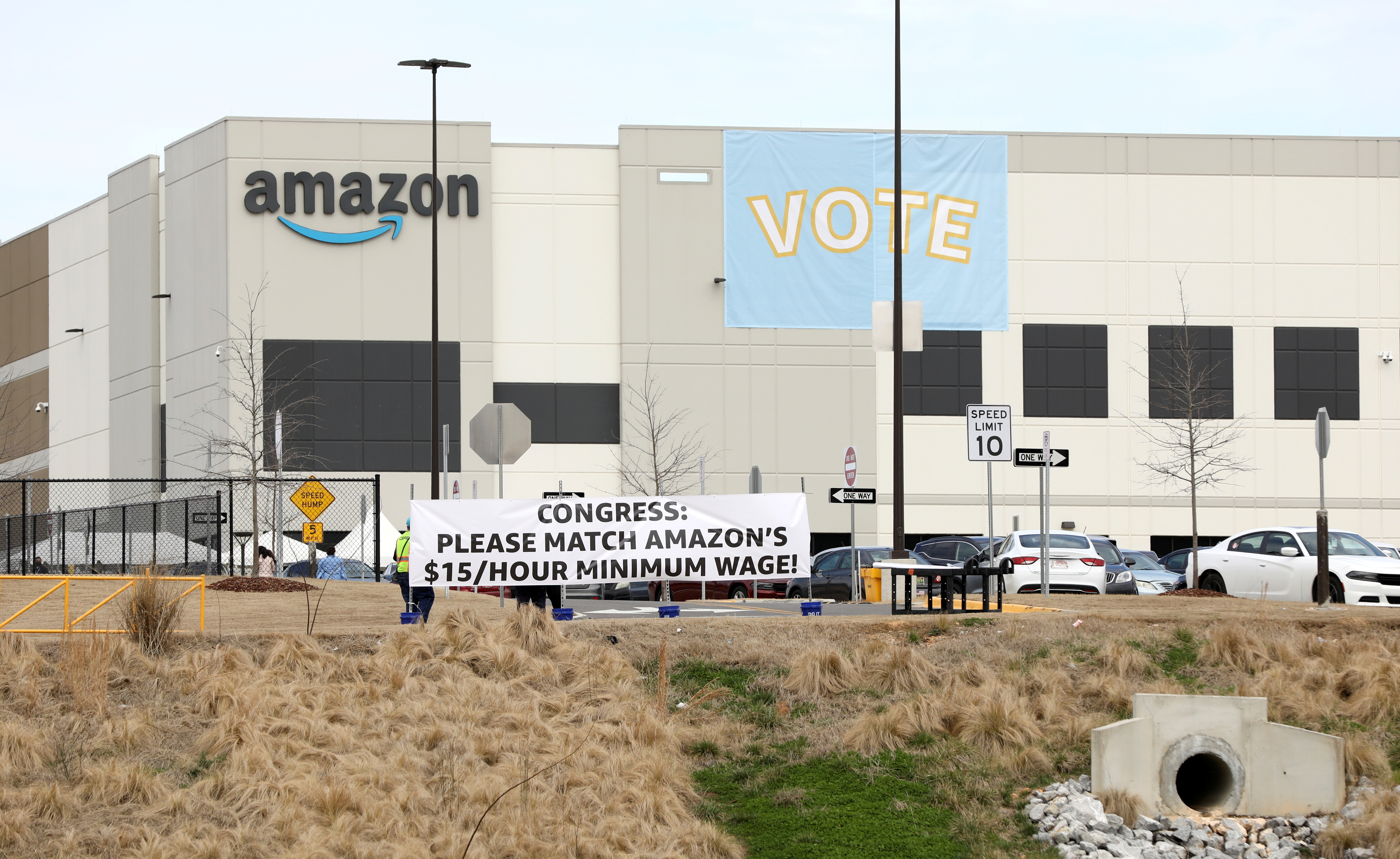Banners are placed at the Amazon facility as members of a congressional delegation arrive to show their support for workers who will vote on whether to unionize, in Bessemer, Alabama, U.S. March 5, 2021.  REUTERS/Dustin Chambers/File Photo