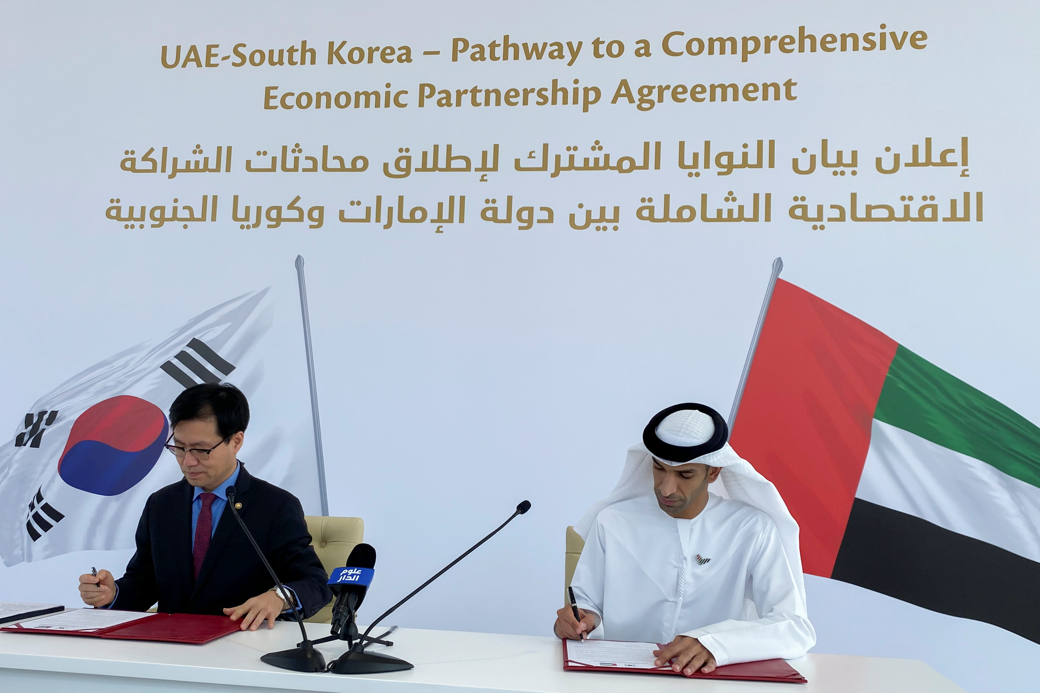 South Korean Trade Minister Yeo Han-koo and United Arab Emirates Minister of State for Foreign Trade Thani Al Zeyoudi sign documents during the announcement of the intent between the two nations to pursue a comprehensive economic partnership agreement (CEPA) in Dubai, United Arab Emirates, October 14, 2021. REUTERS/Alexander Cornwell