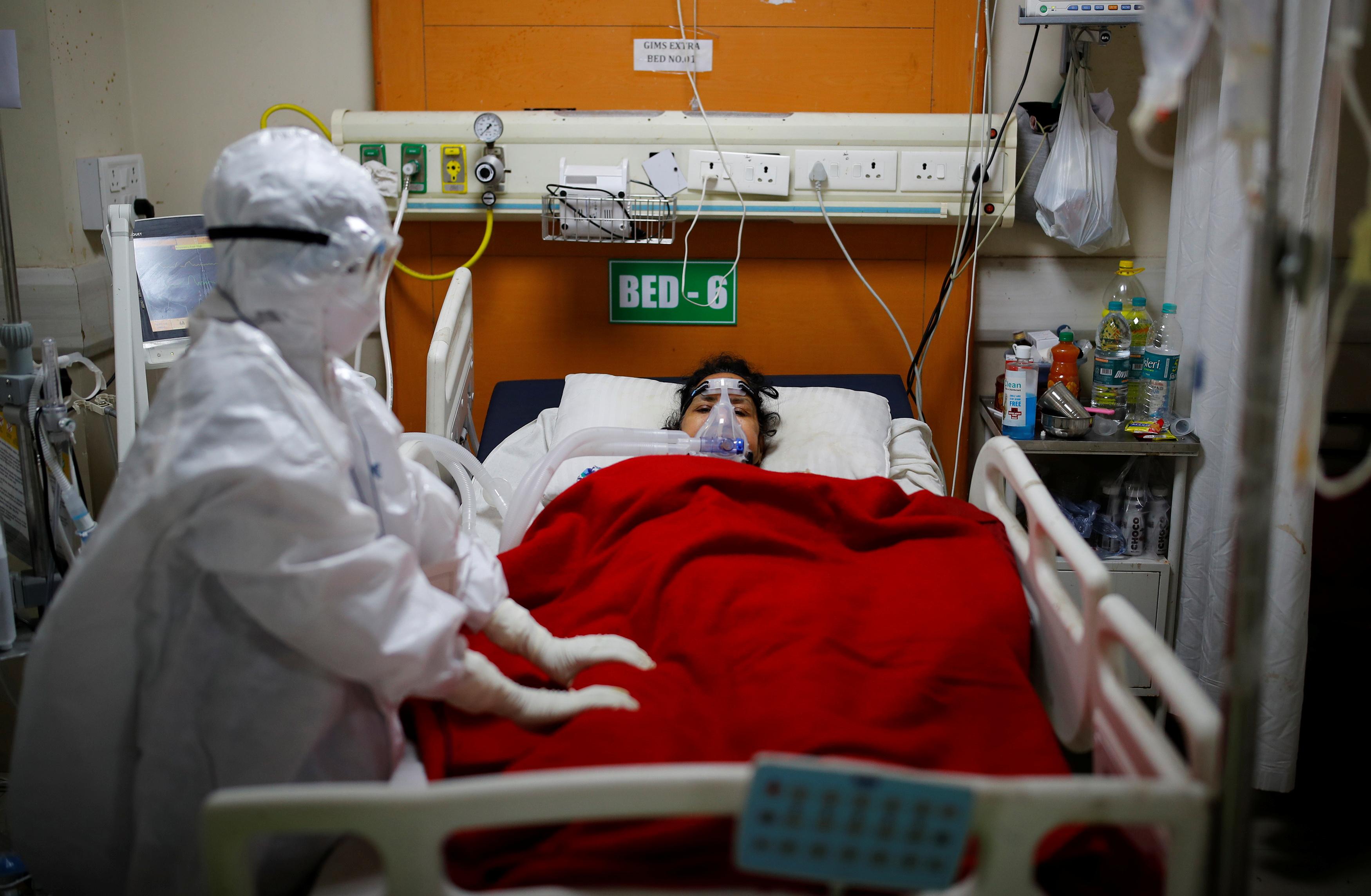 เจ้าหน้าที่ทางการแพทย์ดูแลผู้ป่วยที่ป่วยด้วยโรคโคโรนาไวรัส (COVID-19) ภายในหอผู้ป่วยหนัก (ICU) ที่โรงพยาบาลสถาบันวิทยาศาสตร์การแพทย์ของรัฐบาล (GIMS) ในเกรทเตอร์นอยดาชานกรุงนิวเดลี อินเดีย 21 พฤษภาคม 2021 REUTERS / Adnan Abidi