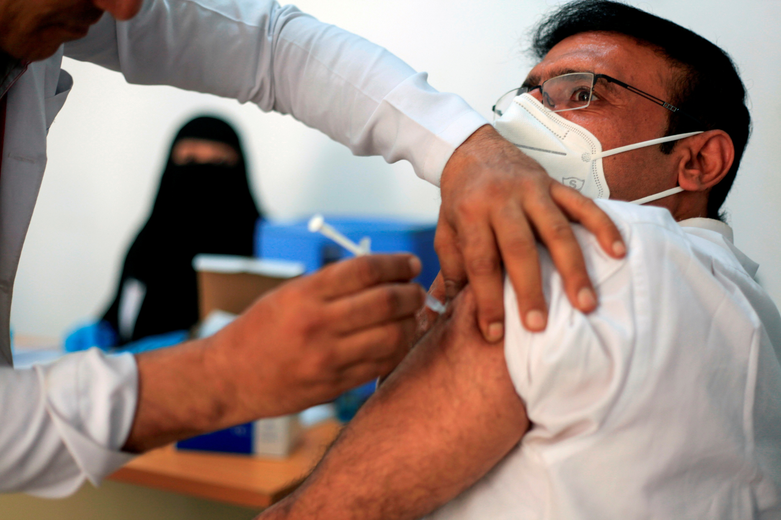 A man receives the AstraZeneca vaccine against the coronavirus disease (COVID-19), at a medical center in Taiz, Yemen April 22, 2021. Picture taken April 22, 2021. REUTERS/Anees Mahyoub