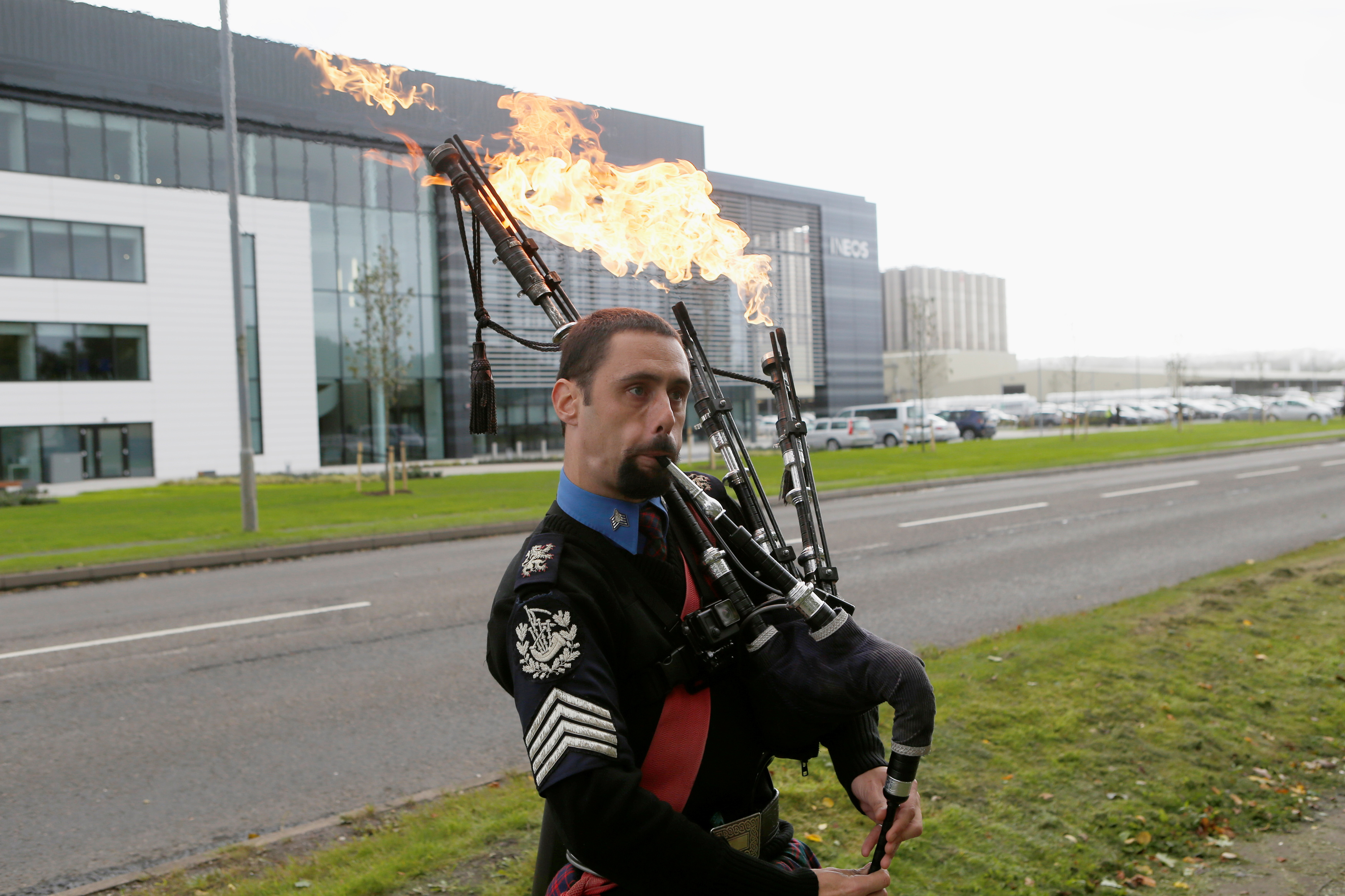 Un hombre juega con tubos de saco en llamas como opositores a la protesta contra el fracking frente a las oficinas de Ineos después de que recibieron el primer envío de gas de esquisto que se entregará a Gran Bretaña en su terminal de Grangemouth en Escocia, Reino Unido, el 27 de septiembre de 2016. REUTERS / Russell Cheyne / Archivo Foto