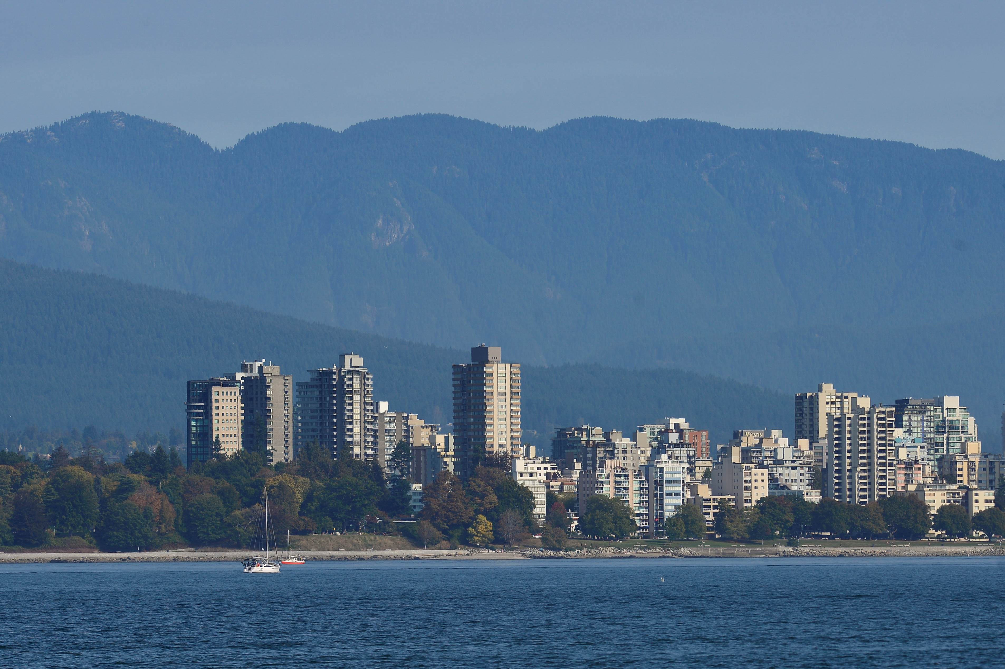 The West End is seen on the mountain-backed skyline of Vancouver, British Columbia, Canada September 30, 2020. REUTERS/Jennifer Gauthier/File Photo