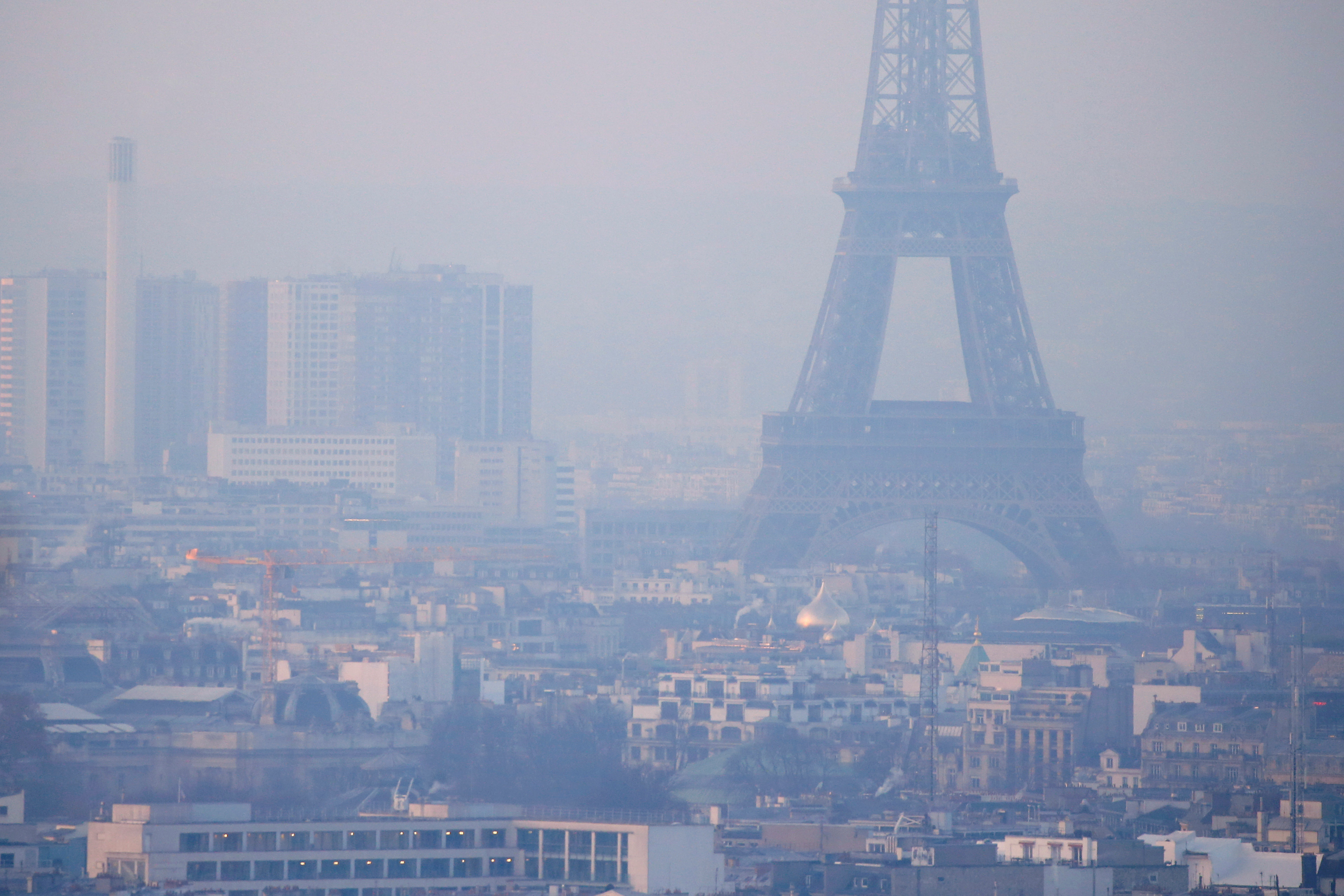 The Eiffel Tower is surrounded by a small-particle haze which hangs above the skyline in Paris, France, December 9, 2016 as the City of Light experienced the worst air pollution in a decade.  REUTERS/Gonzalo Fuentes/File Photo