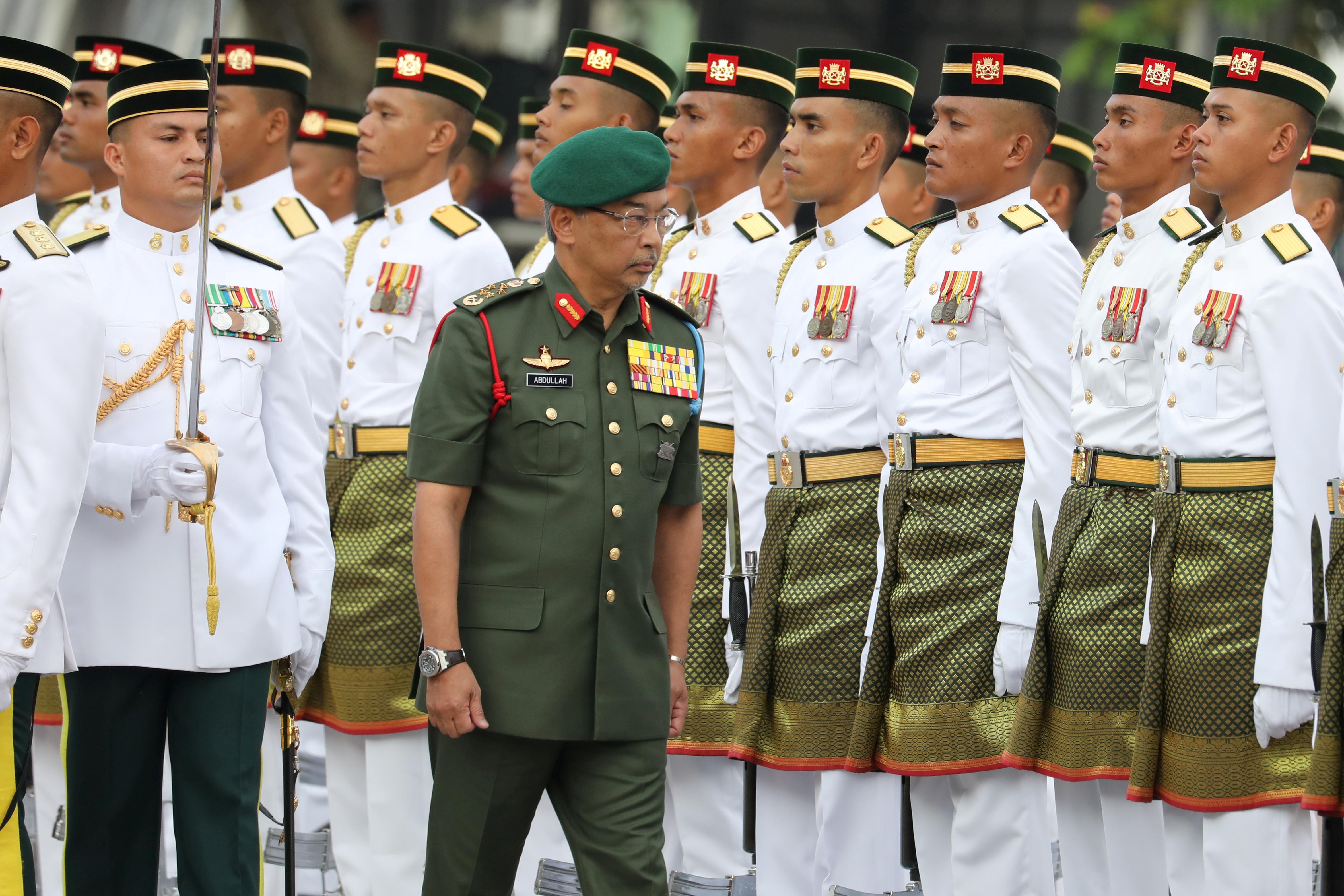 马来西亚国王 Al-Sultan Abdullah Ri'ayatuddin Al-Mustafa Billah Shah 在 2019 年 8 月 31 日在马来西亚布城举行的第 62 届独立日(独立日)庆祝活动中检阅仪仗队。REUTERS/Lim Huey Teng/文件照片