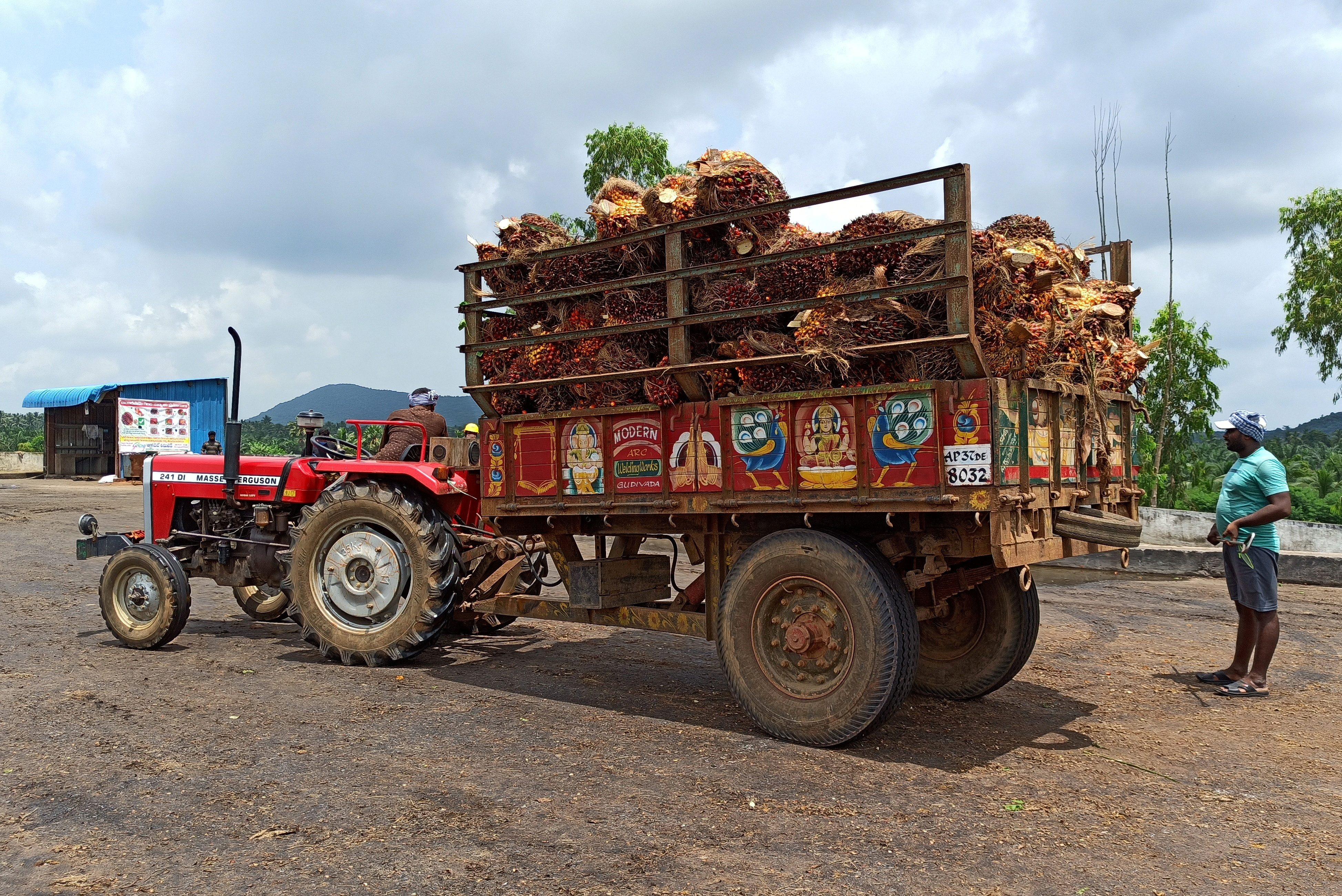 A farmer prepares to unload oil palm bunches from a tractor trolley in a mill at Dwaraka Tirumala in the southern state of Andhra Pradesh, India, September 1, 2021. Picture taken September 1, 2021. REUTERS/Rajendra Jadhav