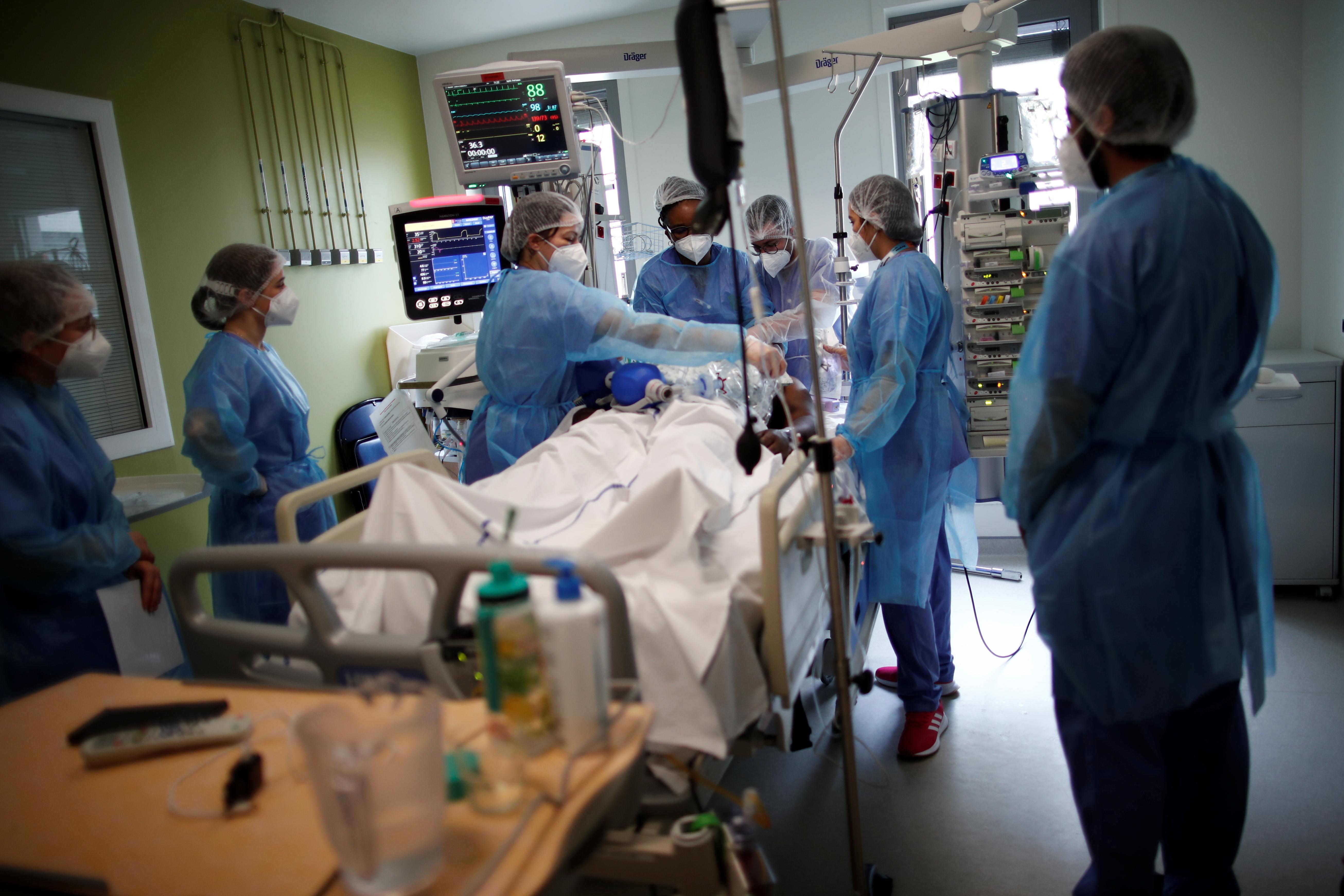 Các nhân viên y tế làm việc trong Đơn vị Chăm sóc Đặc biệt (ICU), nơi bệnh nhân mắc bệnh coronavirus (COVID-19) được điều trị tại bệnh viện Melun-Senart, gần Paris, Pháp, ngày 8 tháng 3 năm 2021. REUTERS / Benoit Tessier
