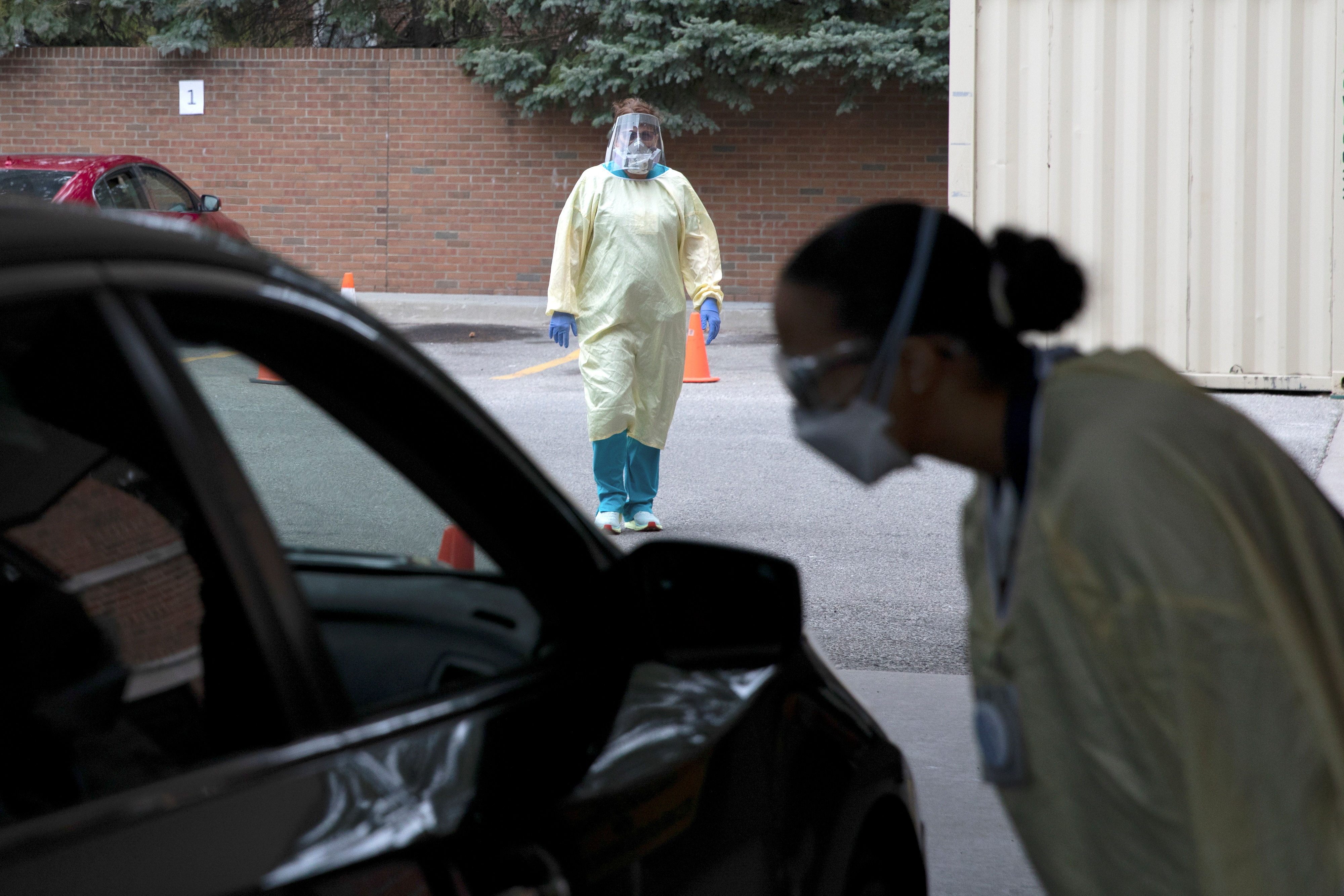 An emergency room nurse talks with a patient outside the emergency room as a triage unit is set up outside Beaumont Hospital to manage with rising coronavirus disease (COVID-19) cases in Grosse Pointe, Michigan, U.S., April 16, 2021.  REUTERS/Emily Elconin/File Photo