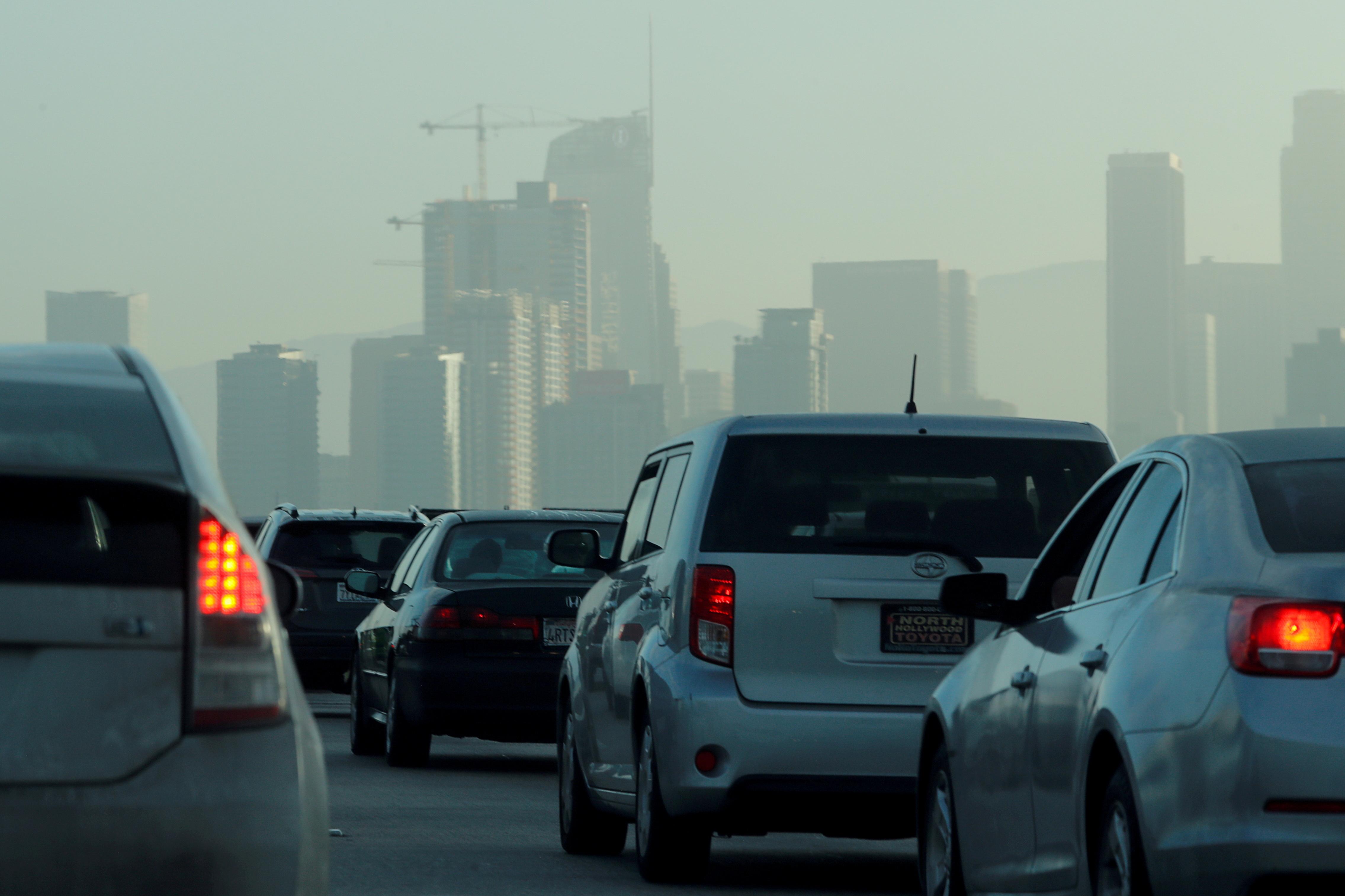 Los viajeros navegan por el tráfico de la madrugada mientras conducen hacia el centro de Los Ángeles, California, EE. UU., 22 de julio de 2019. REUTERS / Mike Blake / Foto de archivo