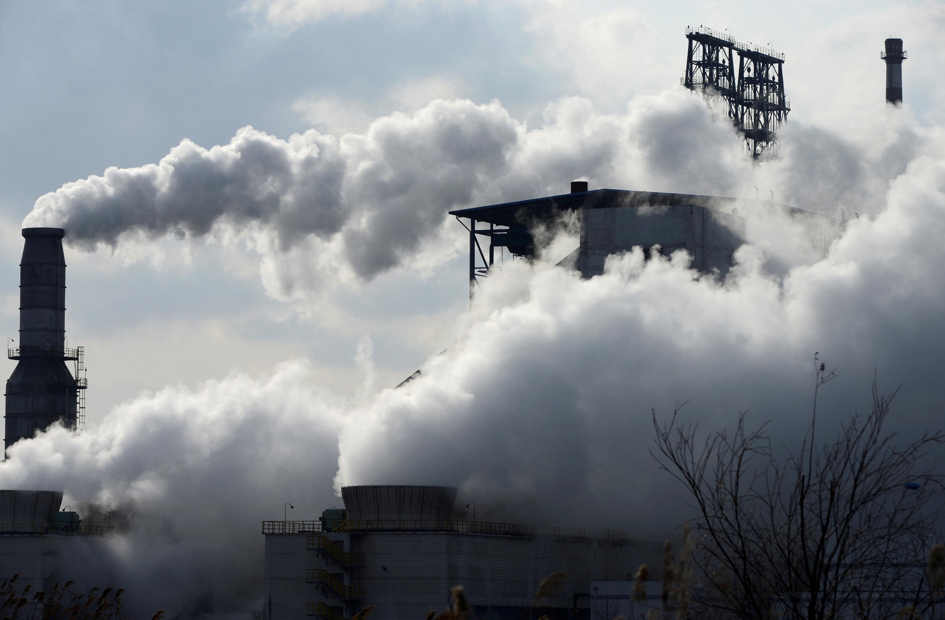 Smoke rises from chimneys at a Sinopec refinery in Qingdao, Shangdong province, China, February 9, 2014.  REUTERS/China Daily