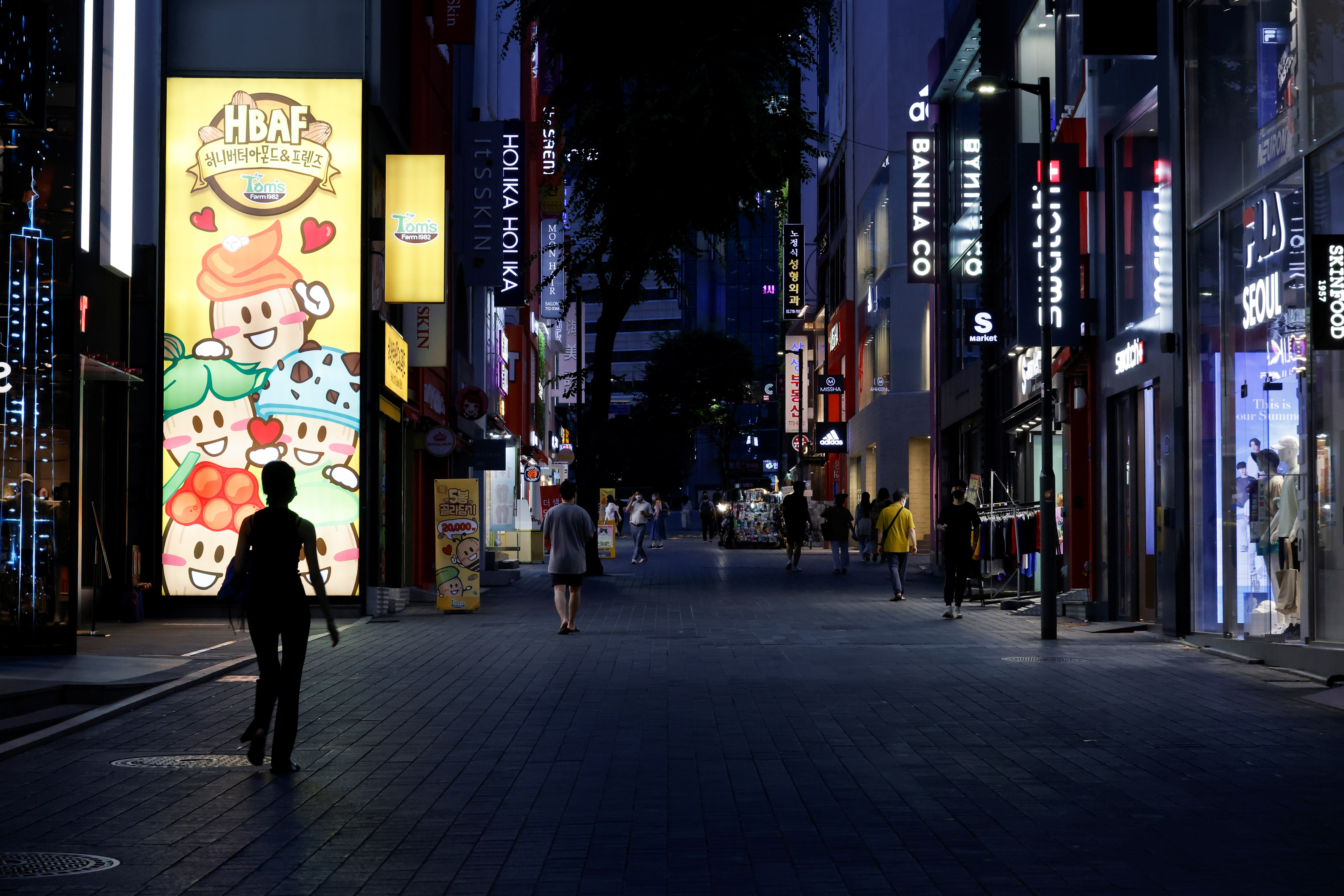 Few people walk on a usually crowded shopping street amid tightened social distancing rules due to the coronavirus disease (COVID-19) pandemic in Seoul, South Korea, July 12, 2021.  REUTERS/Heo Ran