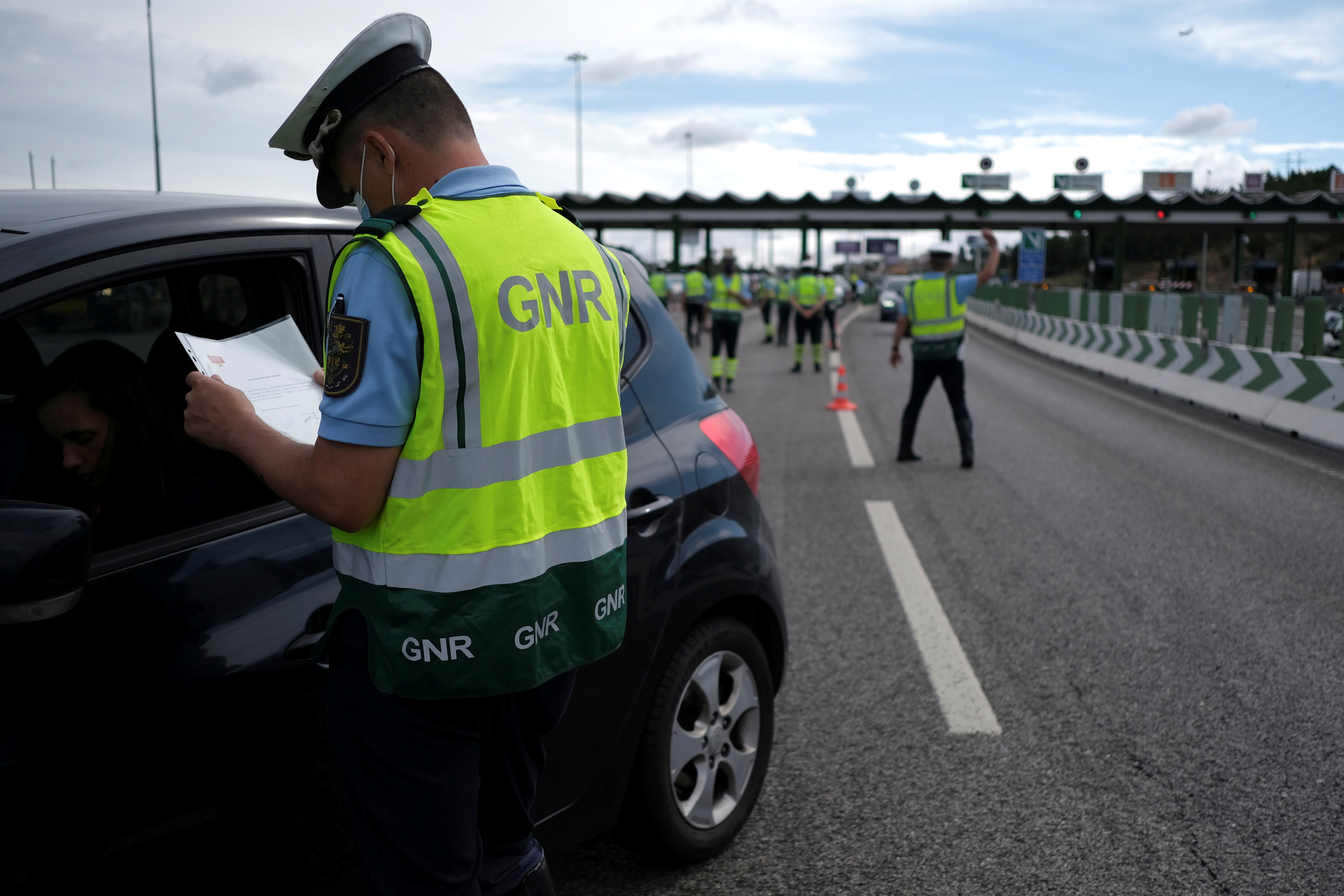 Police officers stop cars at a checkpoint to stop unauthorised travel into and out of Lisbon's metropolitan area, a move to contain a new surge in COVID-19, in Alverca, Portugal, June 18, 2021. REUTERS/Pedro Nunes/File Photo