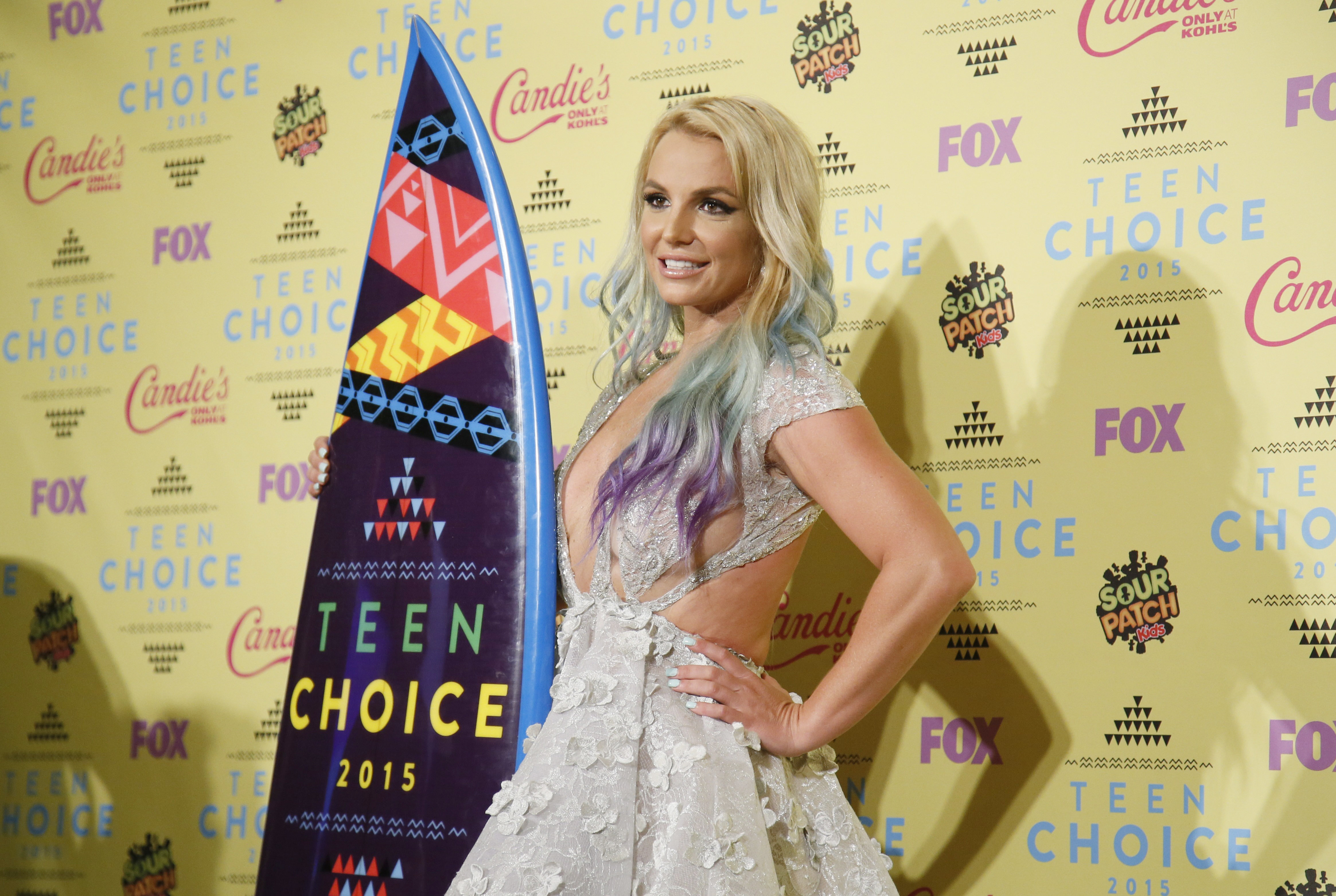 Singer Britney Spears poses backstage with her Choice Style Icon award at the 2015 Teen Choice Awards in Los Angeles, California, United States August 16, 2015. REUTERS/Danny Moloshok