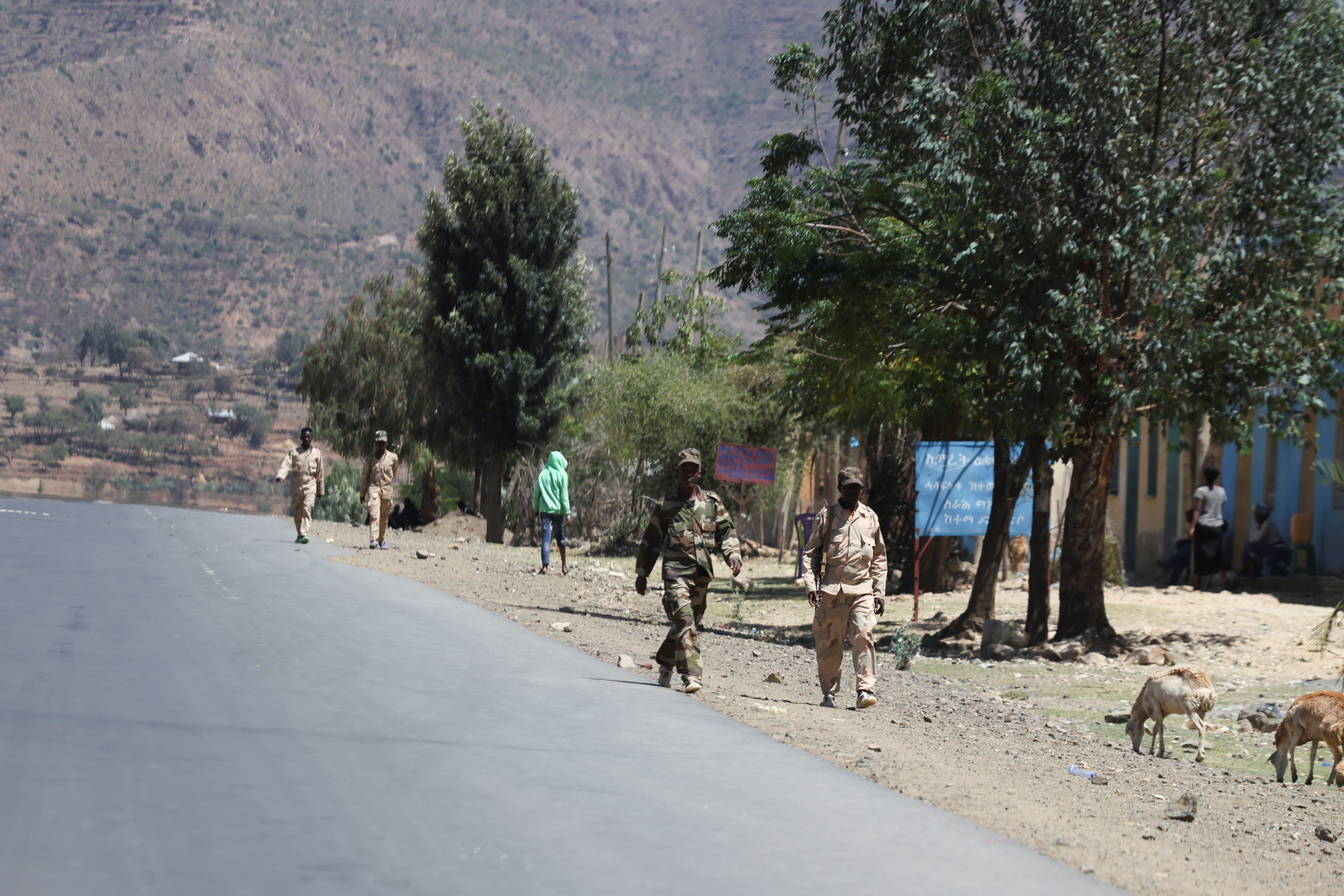 Troops in Eritrean uniforms walk near the town of Adigrat, Ethiopia, March 18, 2021.Picture taken March 18, 2021. REUTERS/Baz Ratner/File Photo
