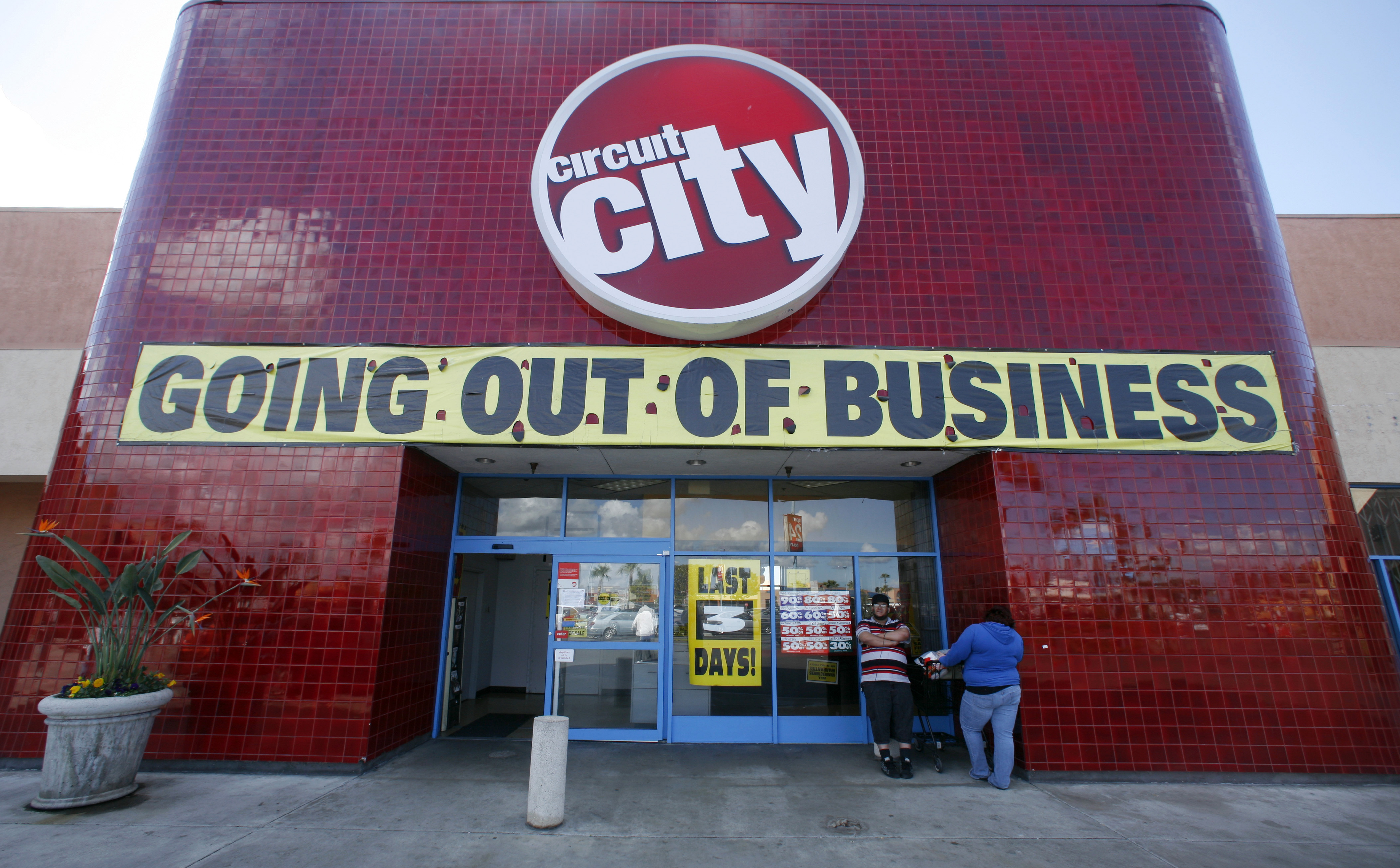A Circuit City retail store in San Diego, California is shown here March 6, 2009 with three days left before the electronics retailer closes its doors for good.   REUTERS/Mike Blake