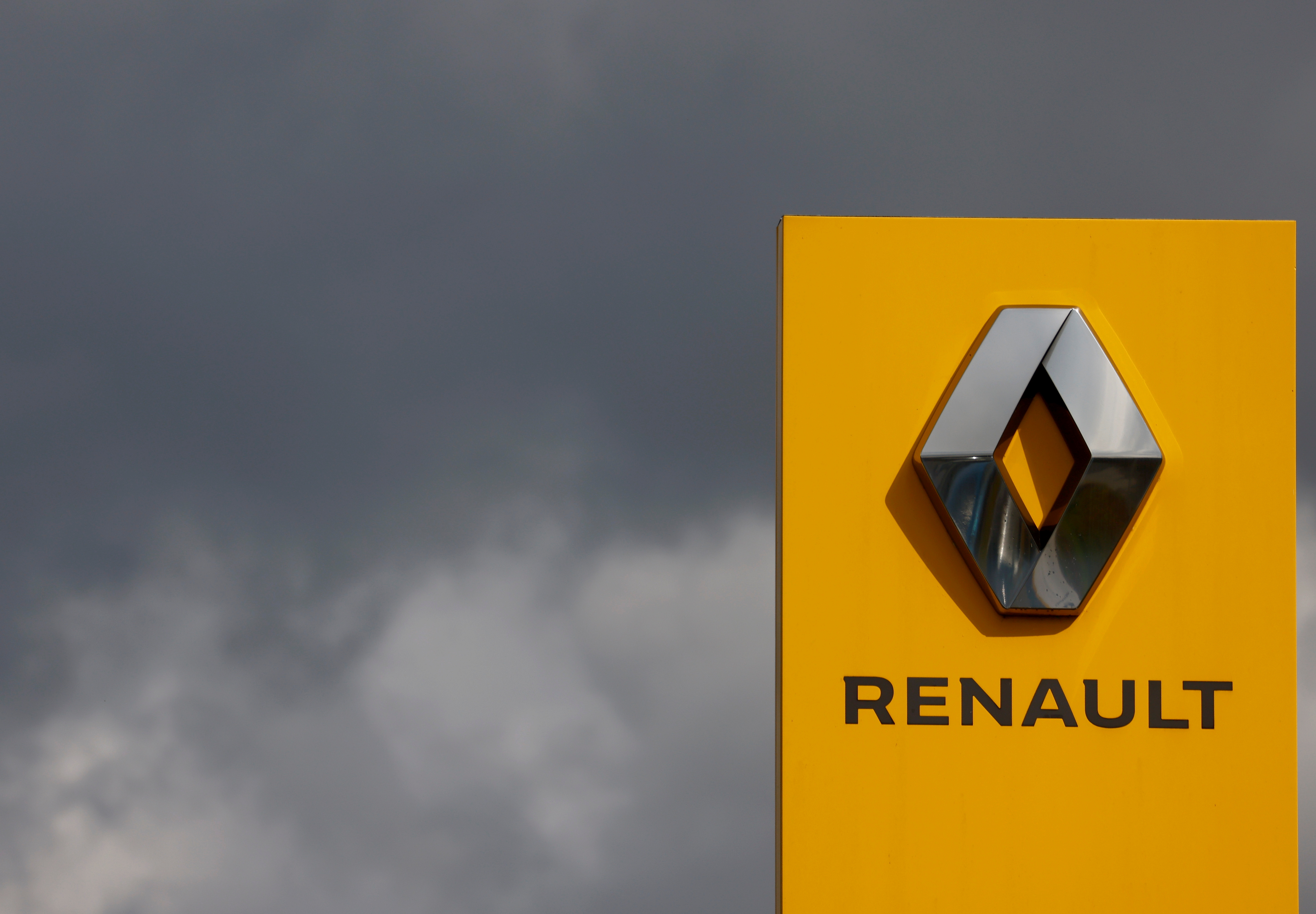 The logo of Renault carmaker is pictured at a dealership in Les Sorinieres, near Nantes, France, September 9, 2021. REUTERS/Stephane Mahe