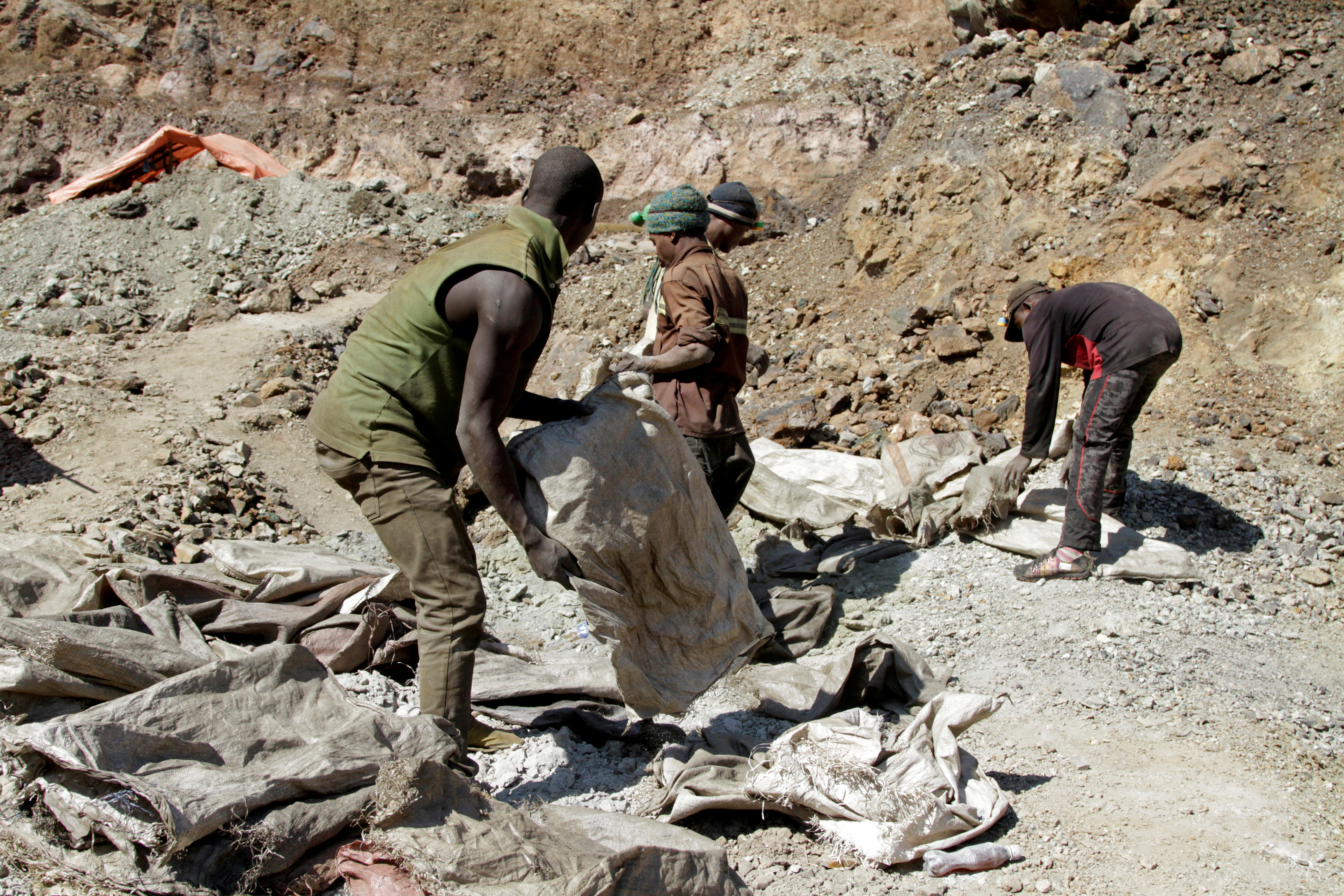 Artisanal miners work at Tilwizembe, a former industrial copper-cobalt mine, outside of Kolwezi, capital city of Lualaba Province in the south of the Democratic Republic of the Congo, June 11, 2016. REUTERS/Kenny Katombe//File Photo