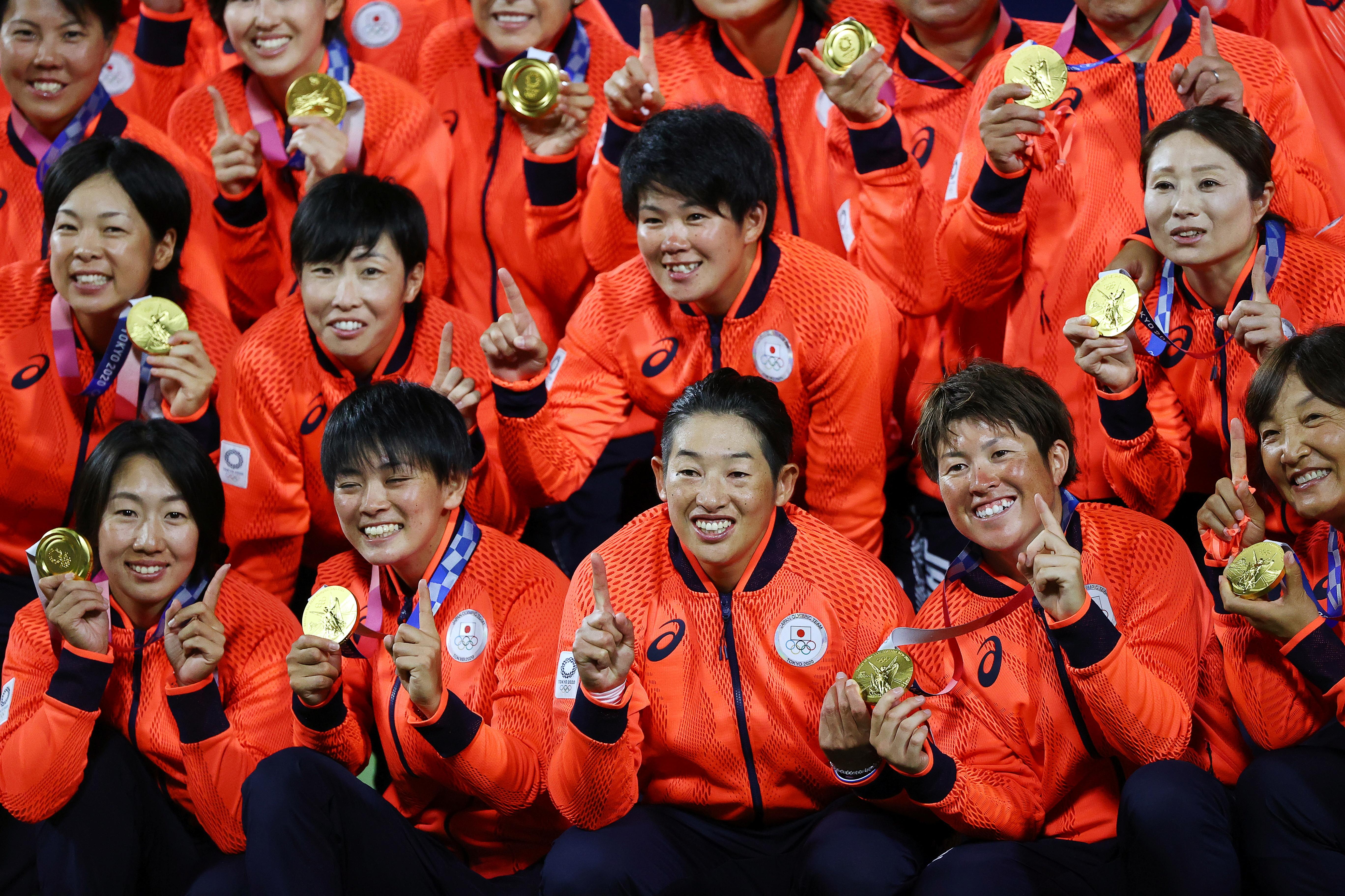 Tokyo 2020 Olympics - Softball - Women - Medal Ceremony - Yokohama Baseball Stadium - Yokohama, Japan - July 27, 2021. Japan players pose with their gold medals. REUTERS/Jorge Silva