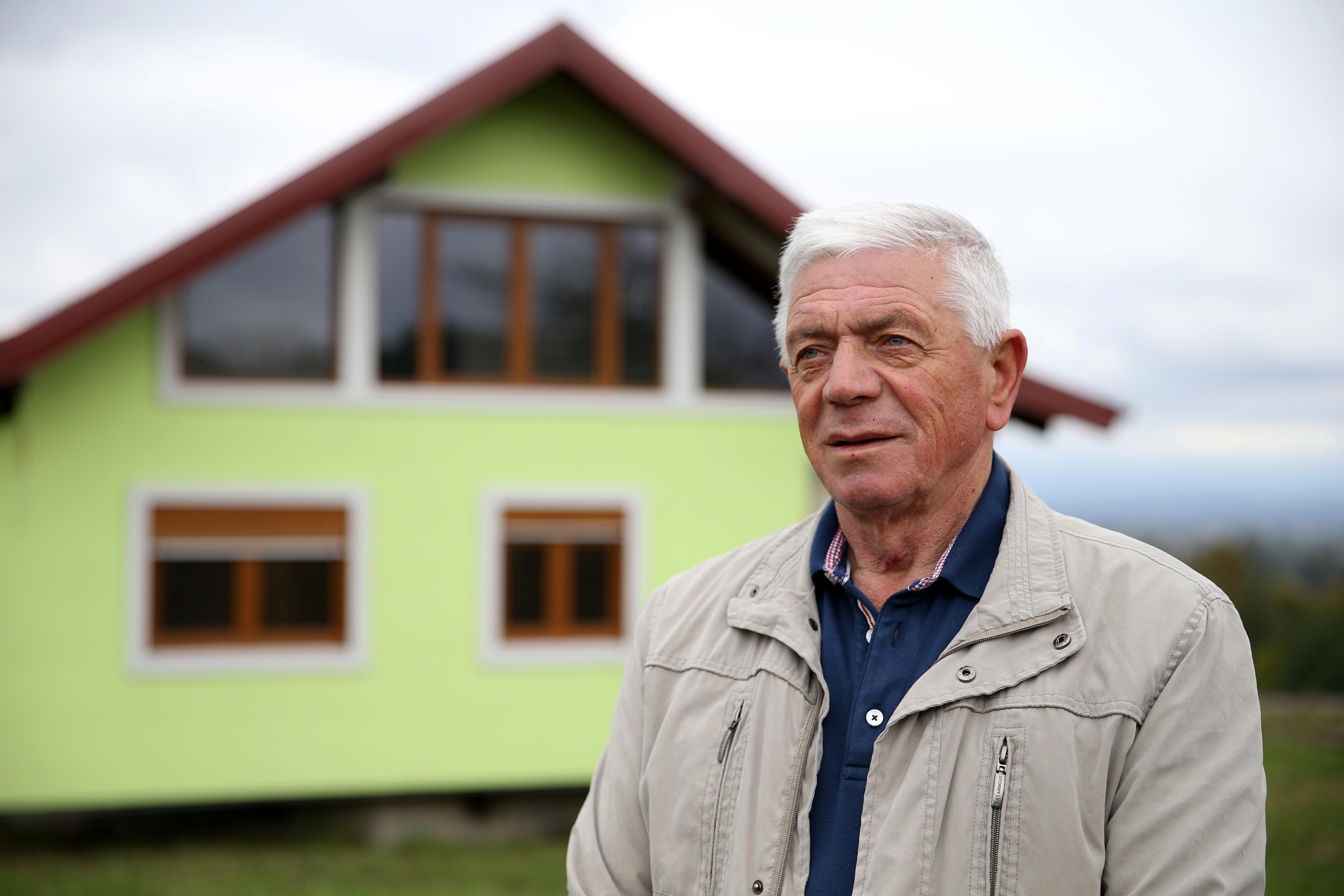 ووجن کوسک 9 اکتوبر 2021 کو ساربیک ، بوسنیا اور ہرزیگوینا میں اپنے گھومنے والے گھر کے سامنے تصویر کے لیے پوز دے رہے ہیں۔ رائٹرز / دادو رووچ