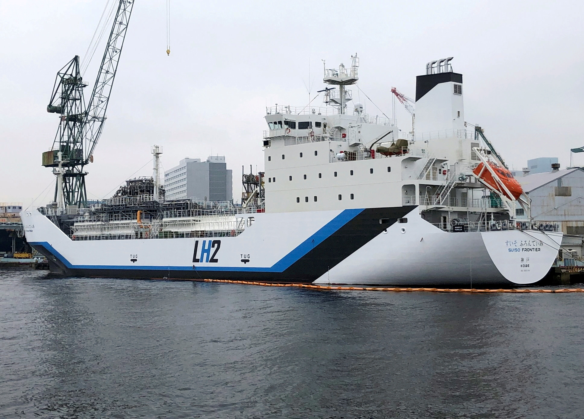 The liquefied hydrogen carrier SUISO FRONTIER, built by Kawasaki Heavy Industries and due to transport its first cargo of hydrogen extracted from brown coal from Australia to Japan, is docked at Kobe Works yard in Kobe, western Japan January 22, 2021. Picture taken January 22, 2021. REUTERS/Yuka Obayashi/File Photo