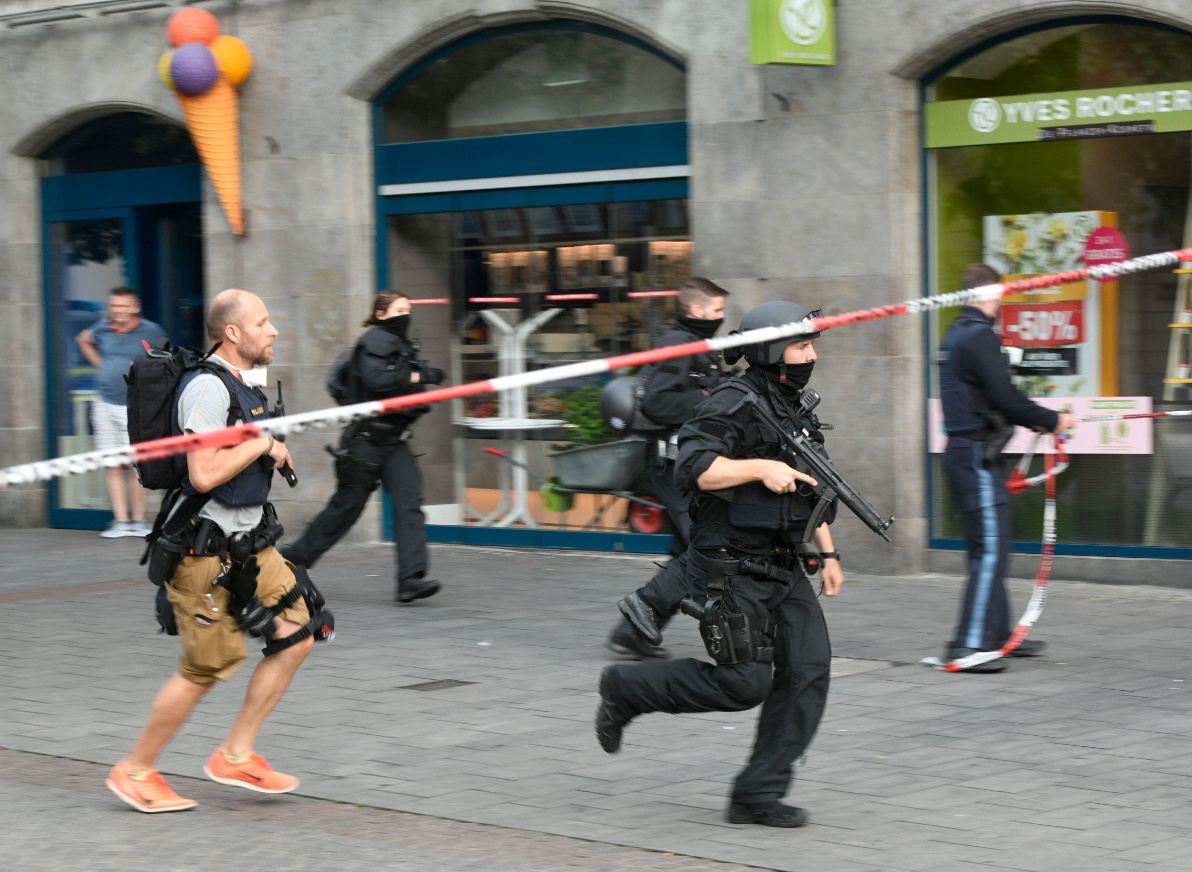 """German police in action in the German town of Wuerzburg, Germany, June 25, 2021, before they arrested a suspect after a """"major operation"""" in which parts of the city center were sealed off and local media had earlier reported multiple stabbings.      REUTERS/Thomas Obermeier/Main-Post"""