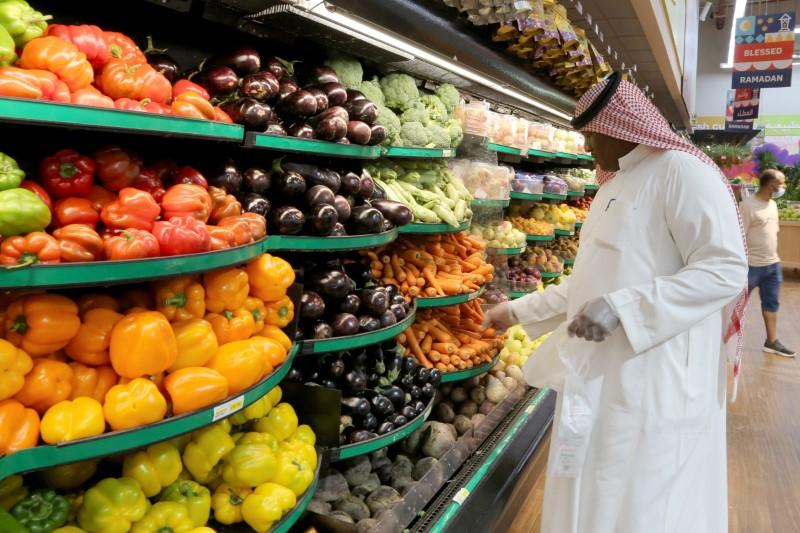A Saudi man wearing protective gloves buys vegetables at a supermarket, following the outbreak of the coronavirus disease (COVID-19), in Riyadh, Saudi Arabia May 11, 2020. REUTERS/Ahmed Yosri