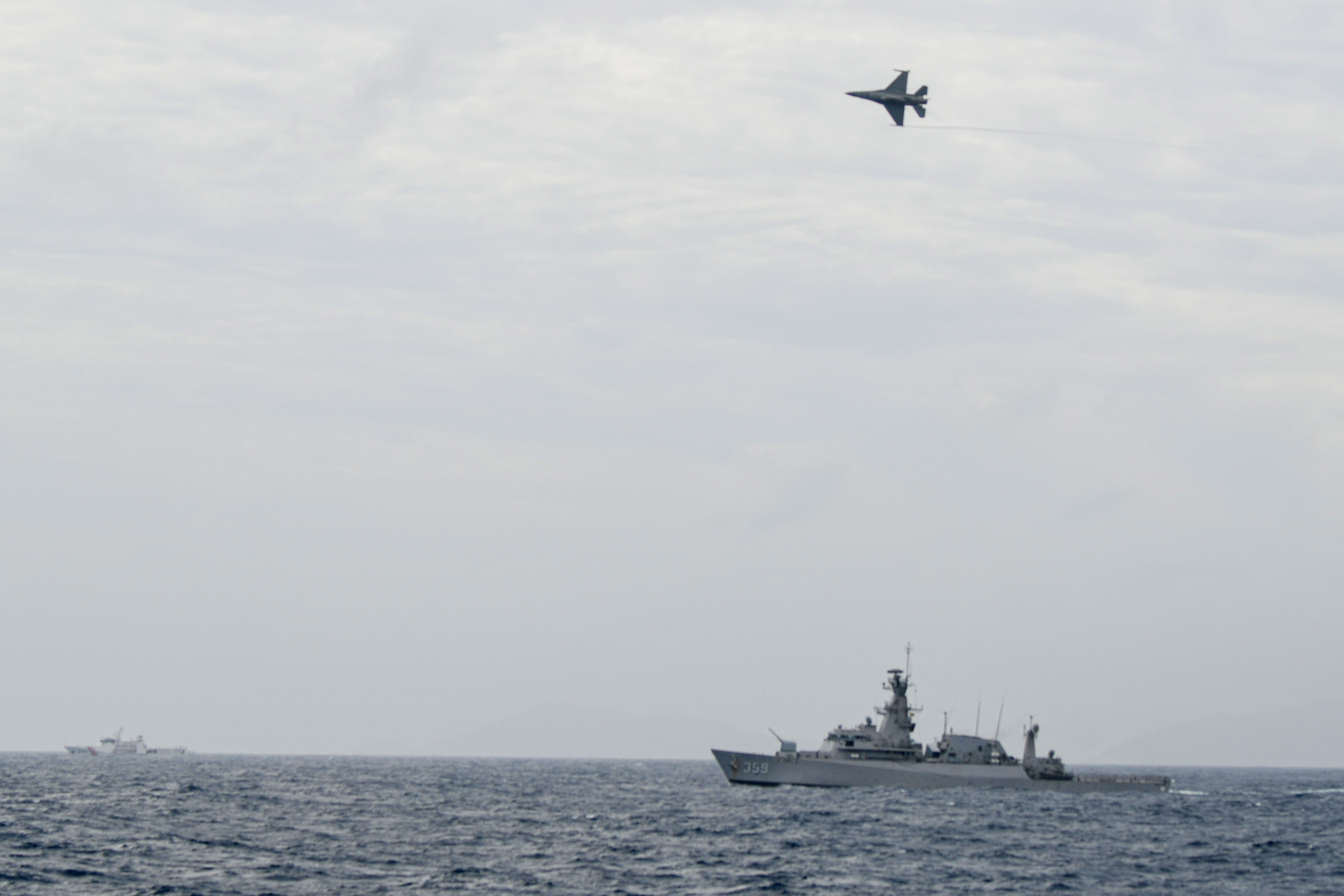 Indonesian Airforce's F-16 Jet Fighter flies over Indonesian navy warship during an operation in Natuna, near the South China Sea, Indonesia, January 10, 2020 in this photo taken by Antara Foto.  Antara Foto/M Risyal Hidayat/via REUTERS