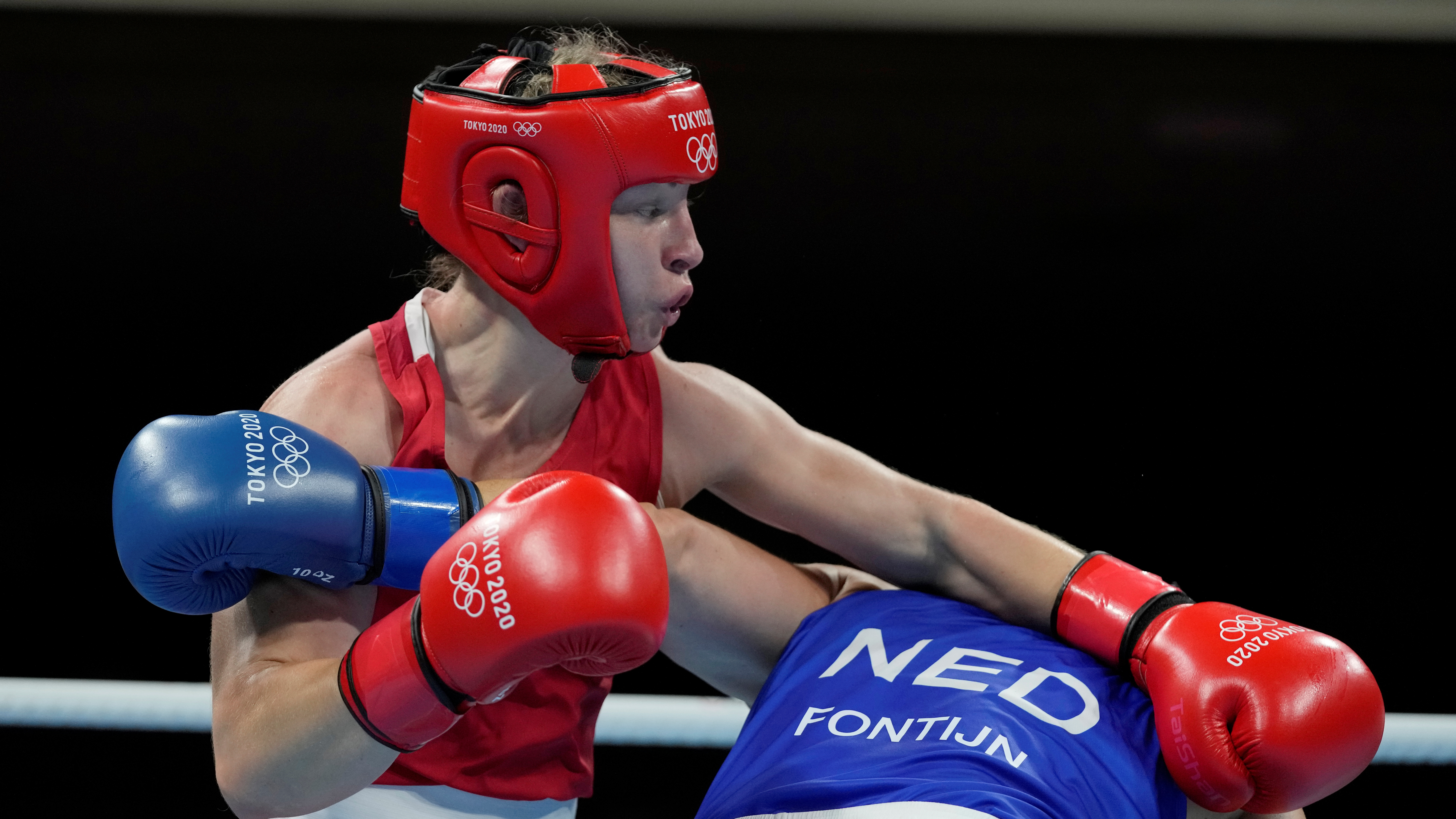 Tokyo 2020 Olympics - Boxing - Women's Middleweight - Semifinal - Kokugikan Arena - Tokyo, Japan - August 6, 2021. Lauren Price of Britain in action against Nouchka Fontijn of the Netherlands REUTERS/Themba Hadebe