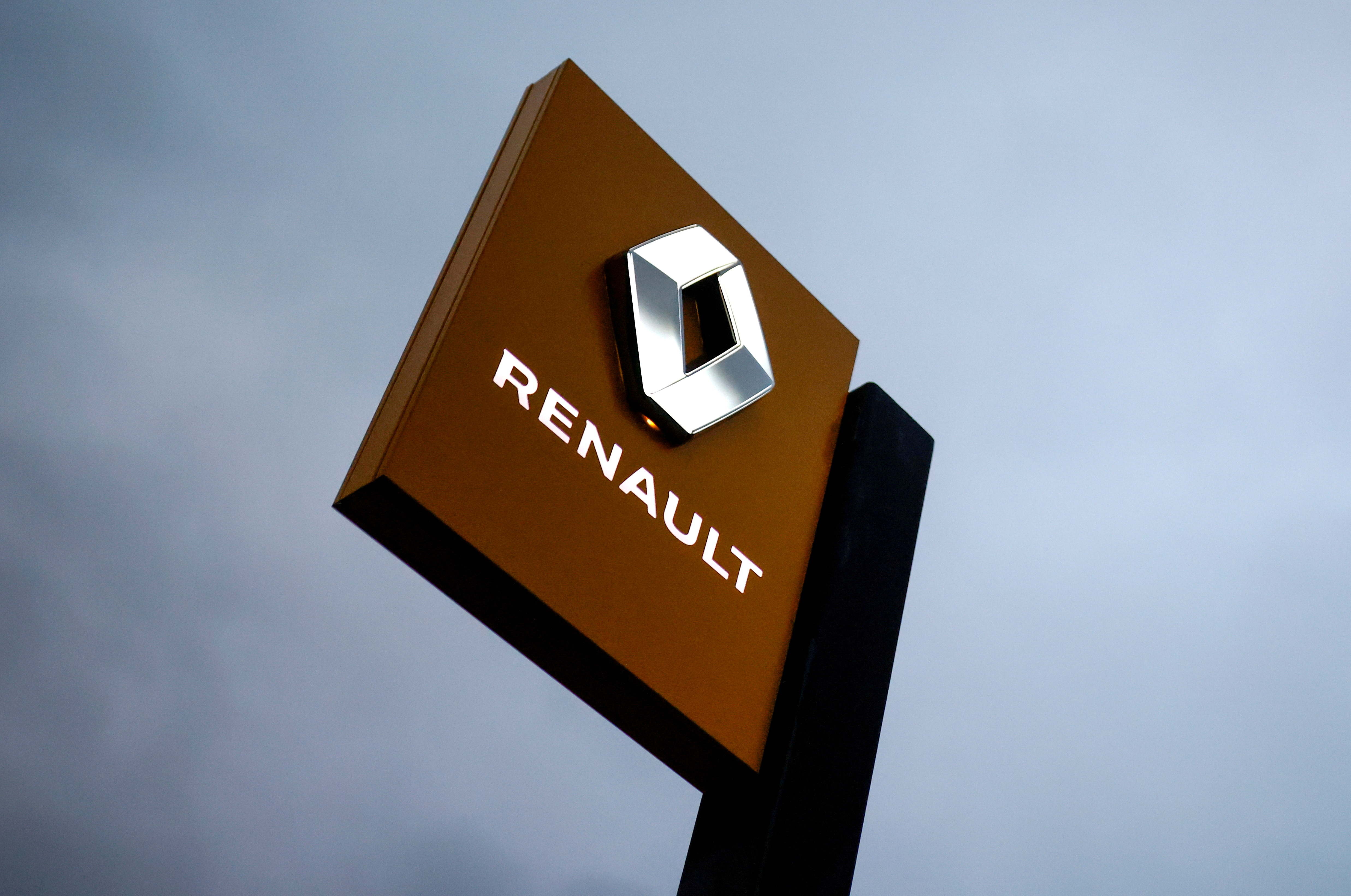 The logo of carmaker Renault is pictured at a dealership in Vertou, near Nantes, France, January 13, 2021. REUTERS/Stephane Mahe