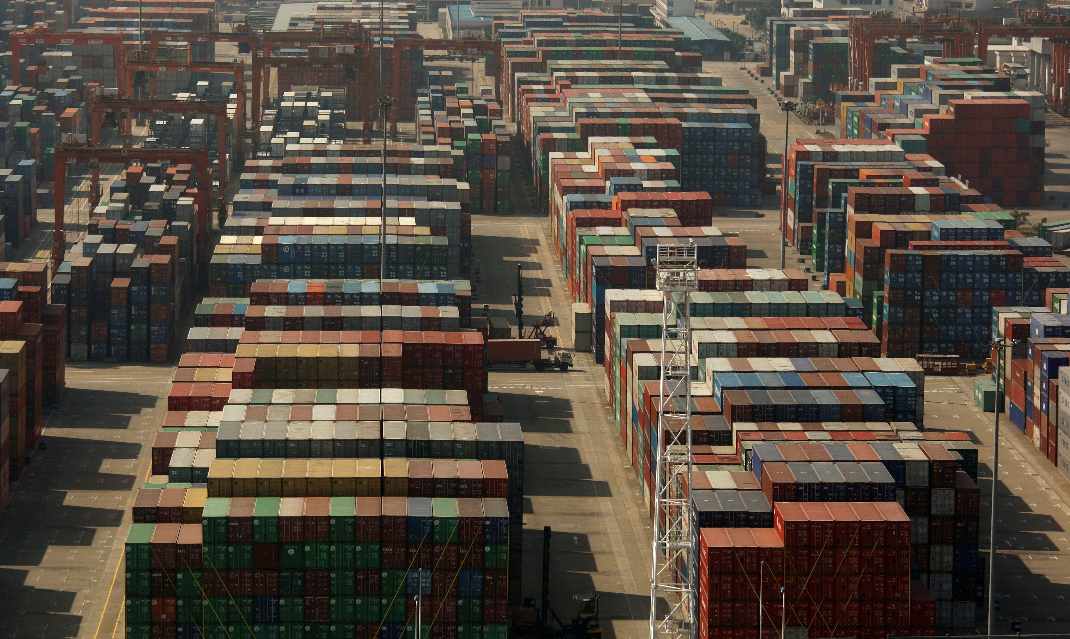 Containers are seen at Phases I and II of the Yantian International Container Terminal (YICT) in the southern Chinese city of Shenzhen in Guangdong province November 25, 2008.  REUTERS/Bobby Yip/File Photo