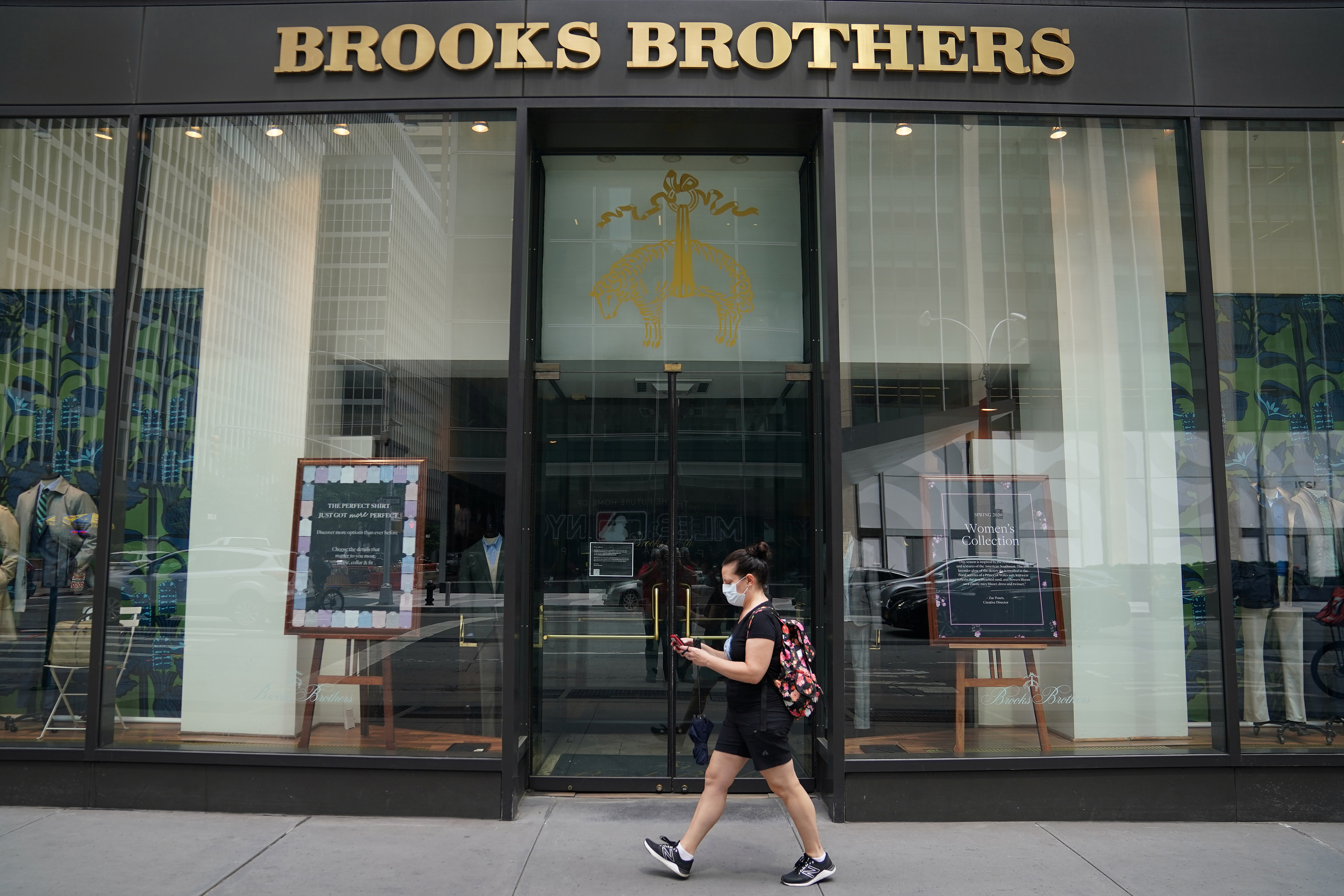 A pedestrian walks past a closed Brooks Brothers store, following the outbreak of coronavirus disease (COVID-19) in the Manhattan borough of New York City, New York, U.S., July 23, 2020. REUTERS/Carlo Allegri