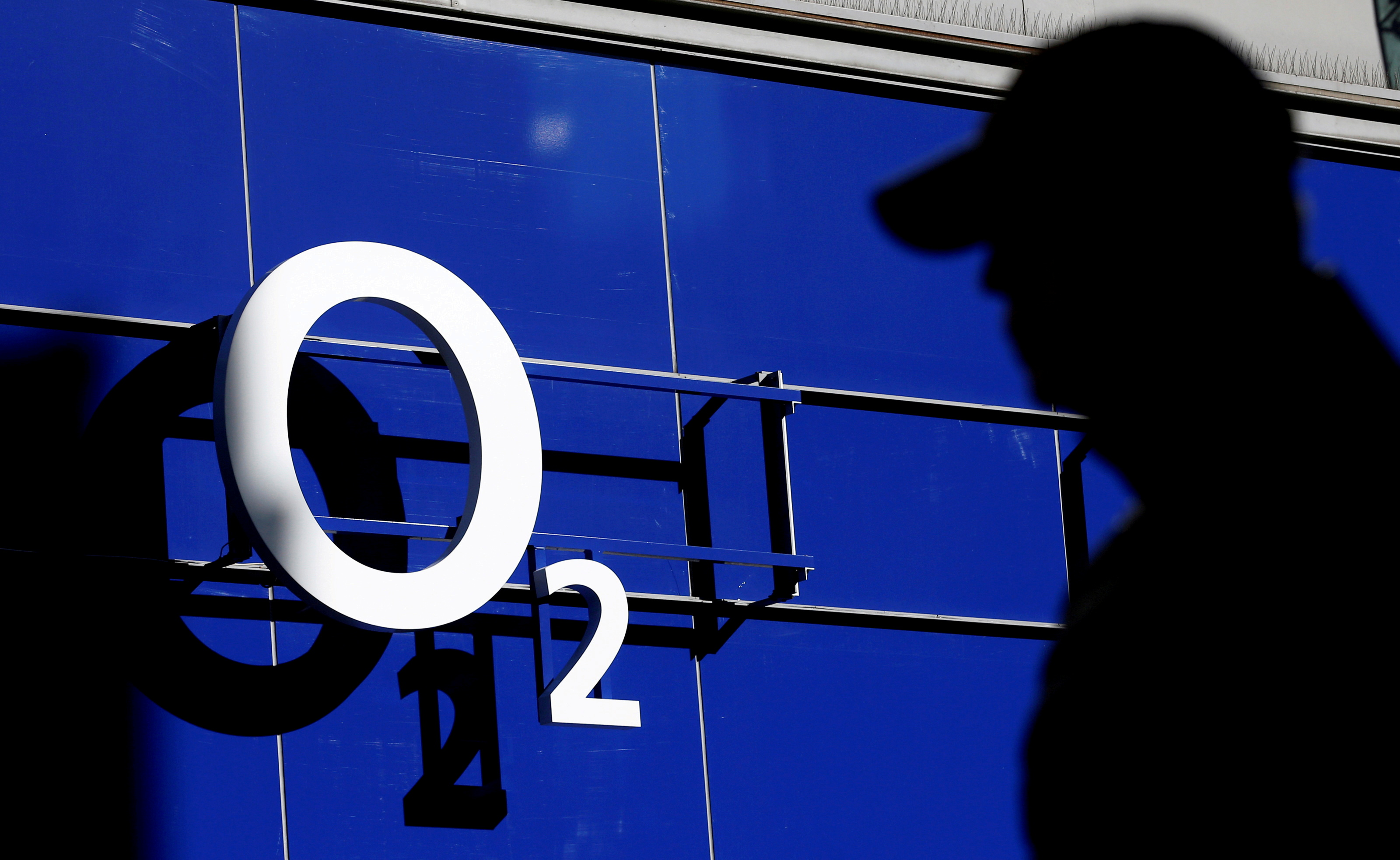 A man walks past an O2 phone store in Manchester, Britain March 7, 2016. REUTERS/Phil Noble