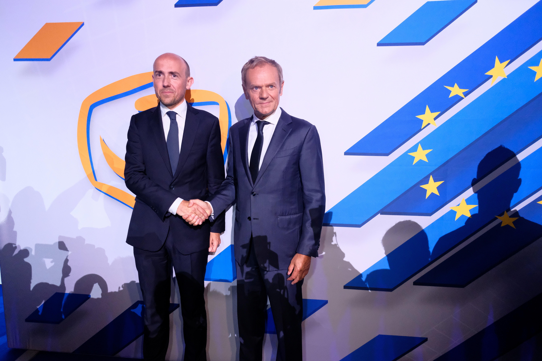 El ex presidente del Consejo Europeo, Donald Tusk, le da la mano al jefe de la Plataforma Cívica, Borys Budka, durante una convención del partido de la principal Plataforma Cívica de la oposición en Varsovia, Polonia, el 3 de julio de 2021. Slawomir Kaminski / Agencja Gazeta via REUTERS