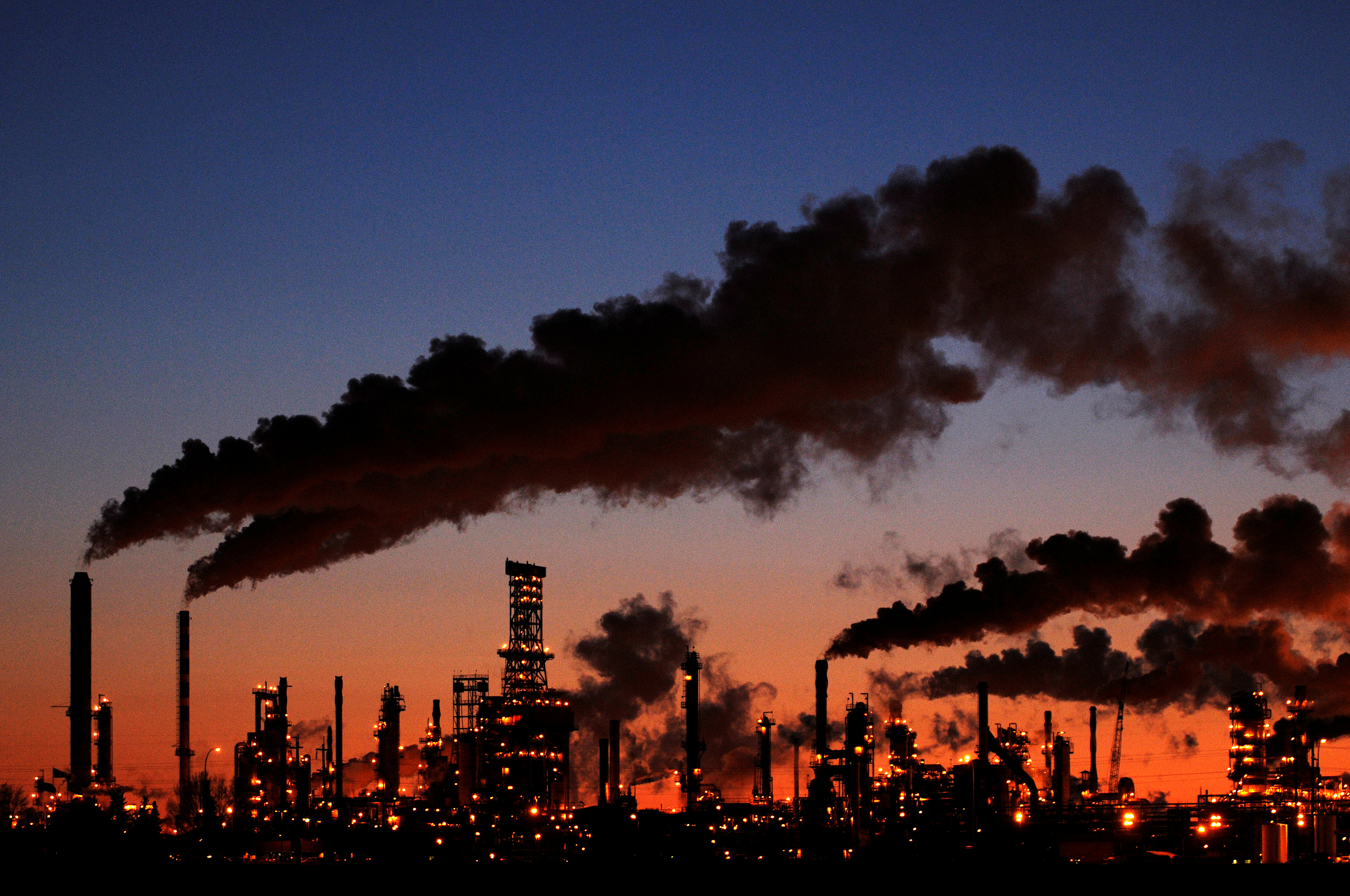 Petro-Canada's Edmonton Refinery and Distribution Centre glows at dusk in Edmonton February 15, 2009.  REUTERS/Dan Riedlhuber/File Photo