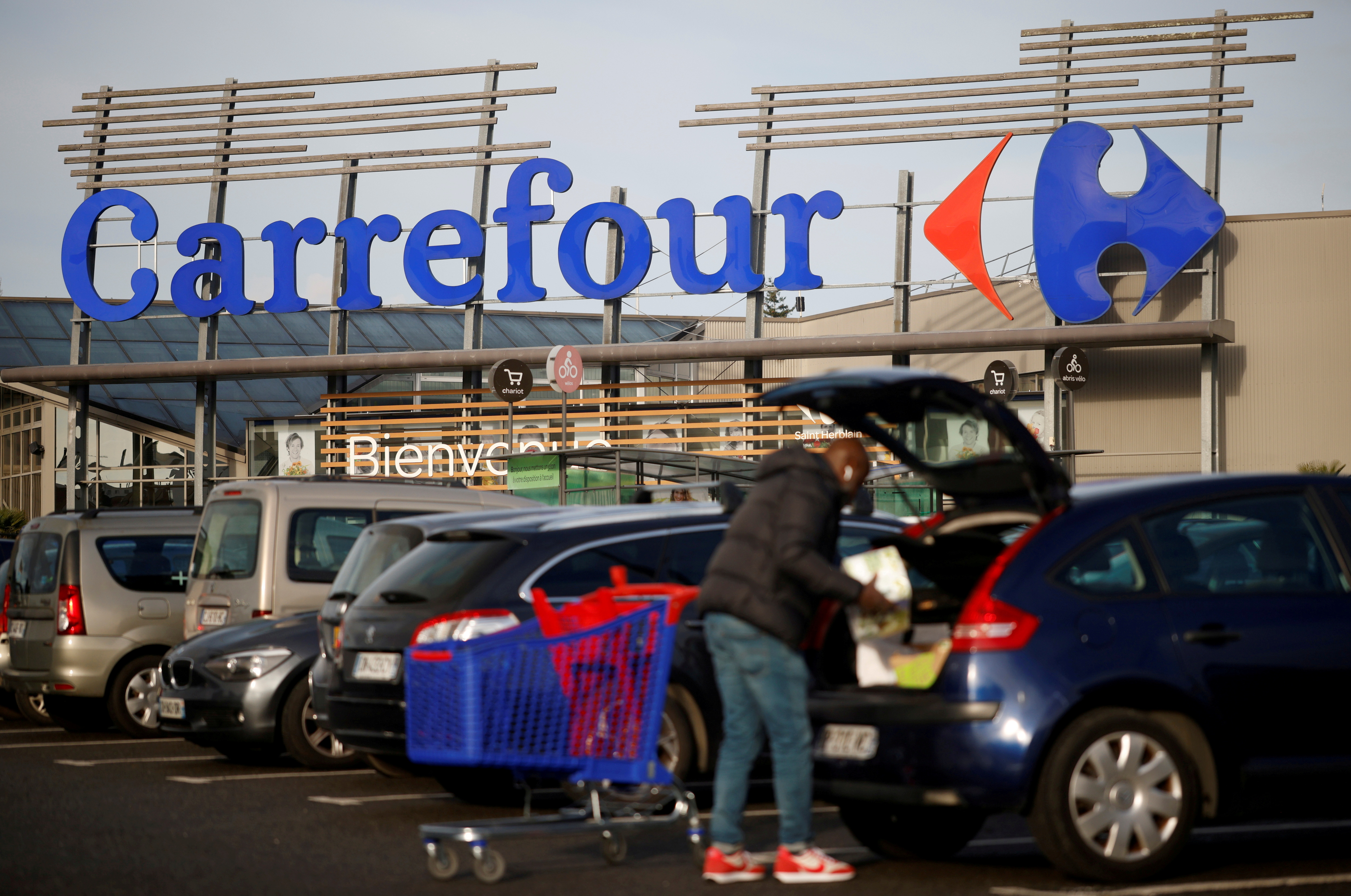 A customer empties his trolley in front of a Carrefour Hypermarket store in Saint-Herblain near Nantes, France January 15, 2021. REUTERS/Stephane Mahe/File Photo