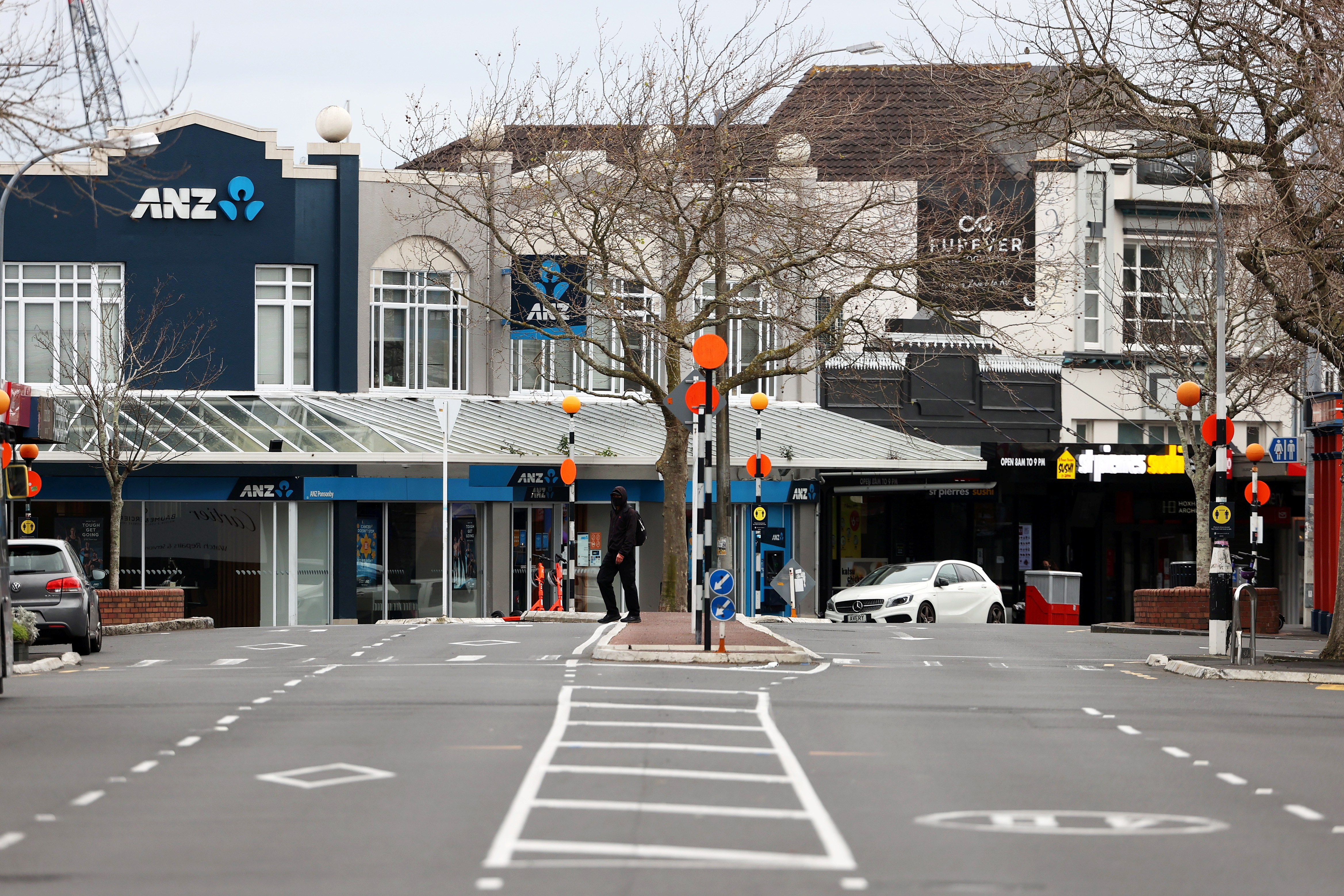 A normally busy road is deserted during a lockdown to curb the spread of a coronavirus disease (COVID-19) outbreak in Auckland, New Zealand, August 26, 2021.  REUTERS/Fiona Goodall