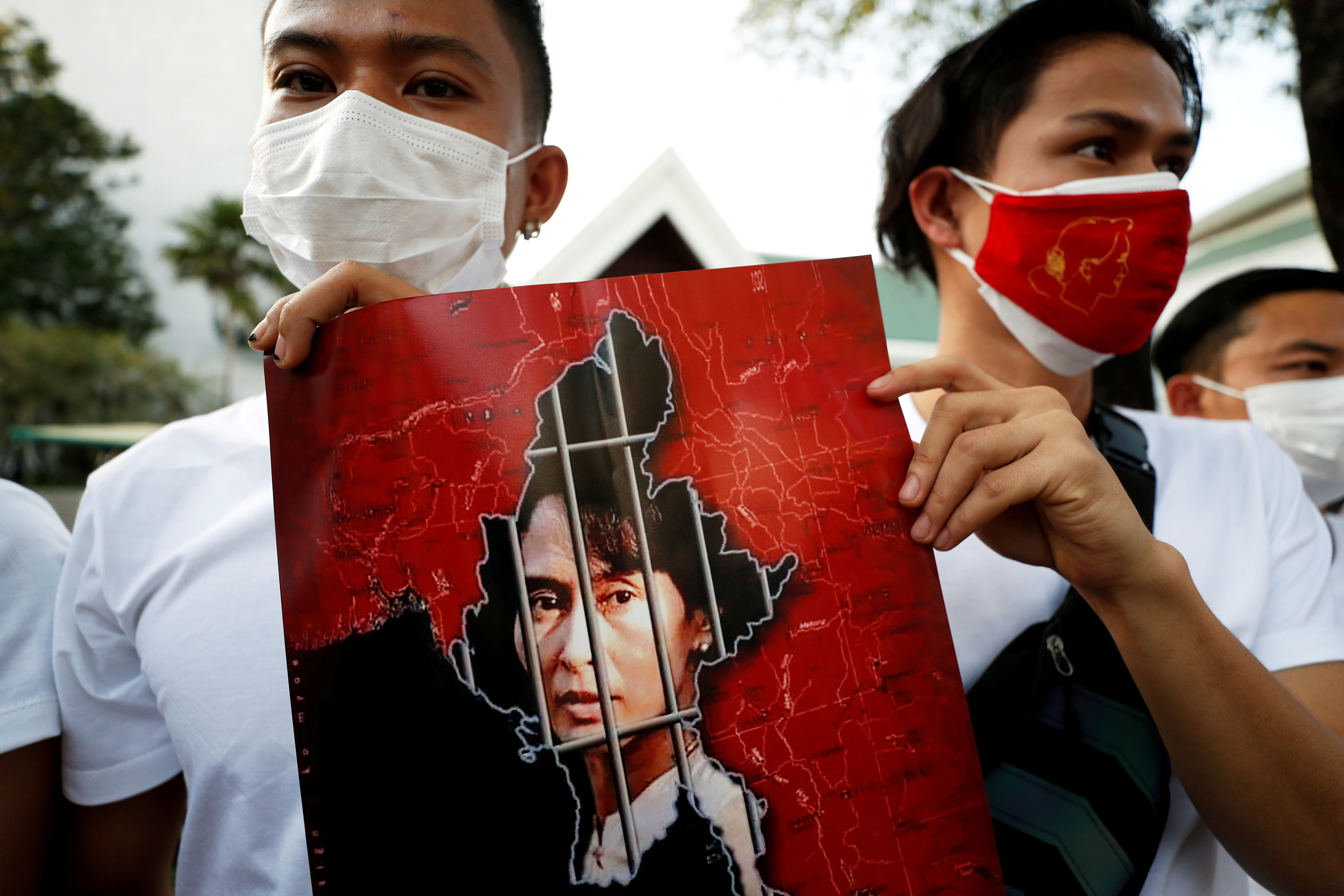 Myanmar citizens hold up a picture of leader Aung San Suu Kyi after the military seized power in a coup in Myanmar, outside United Nations venue in Bangkok, Thailand February 2, 2021. REUTERS/Jorge Silva/File Photo