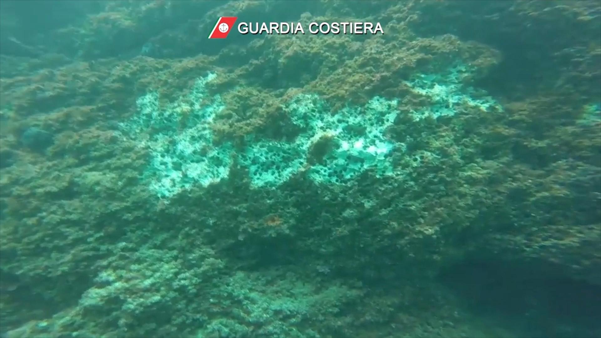 Një pamje e përgjithshme e shkëmbinjve të dëmtuar nënujorë pasi zhytësit përdorën çekanë për të korrur në mënyrë të paligjshme midhje hurme në Detin Tirren siç shihet në këtë screengrab marrë nga një video e lëshuar në 28 korrik 2021. Rojet bregdetare italiane / fletëpalosja përmes REUTERS