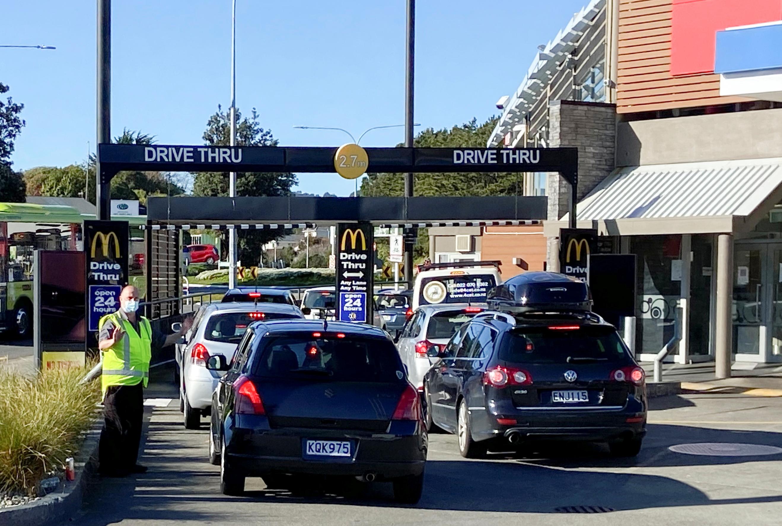 People queue up for takeaway food as a nationwide coronavirus disease (COVID-19) lockdown eases in Wellington, New Zealand, September 1, 2021, REUTERS/Praveen Menon