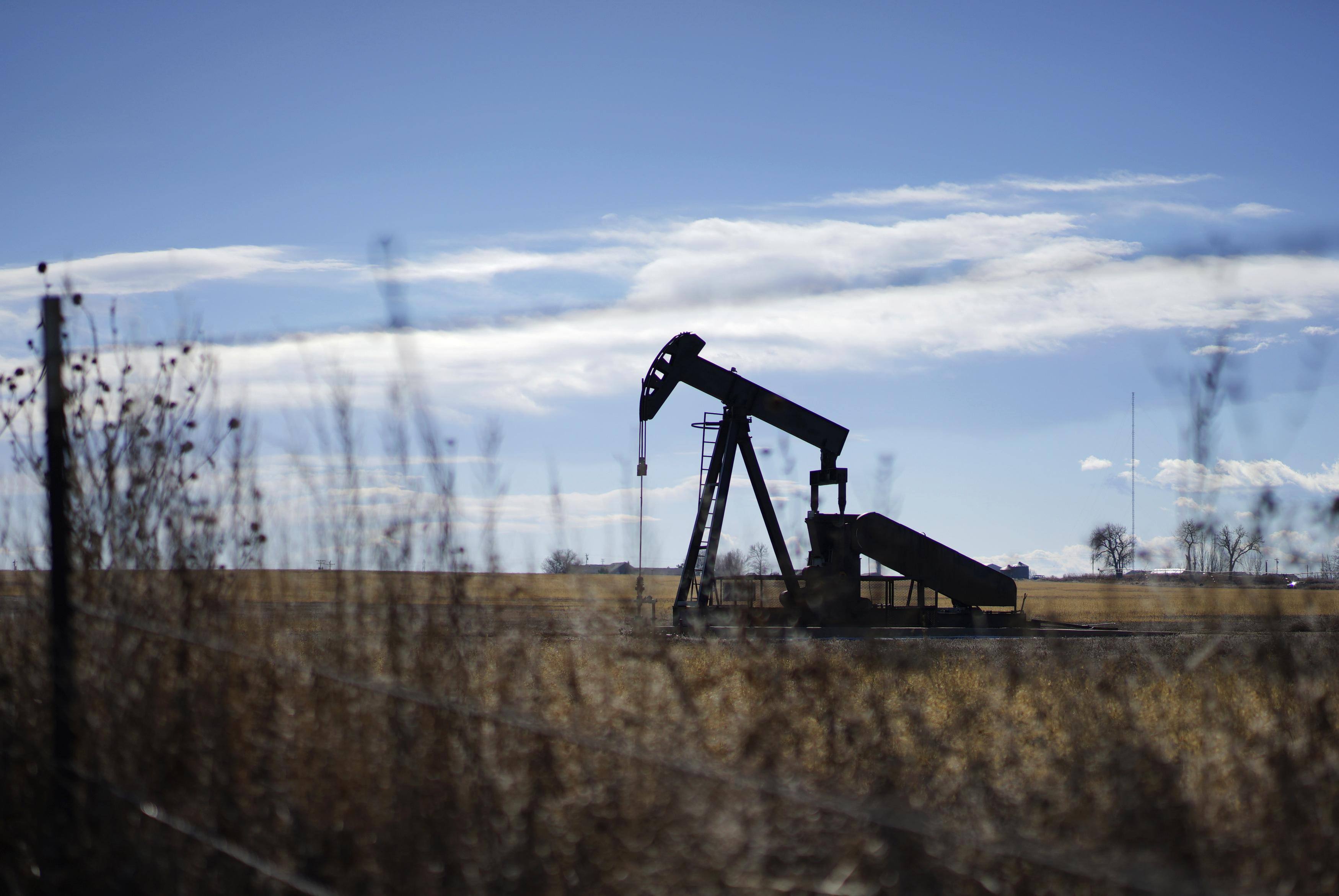 An oil well is seen near Denver, Colorado February 2, 2015. REUTERS/Rick Wilking
