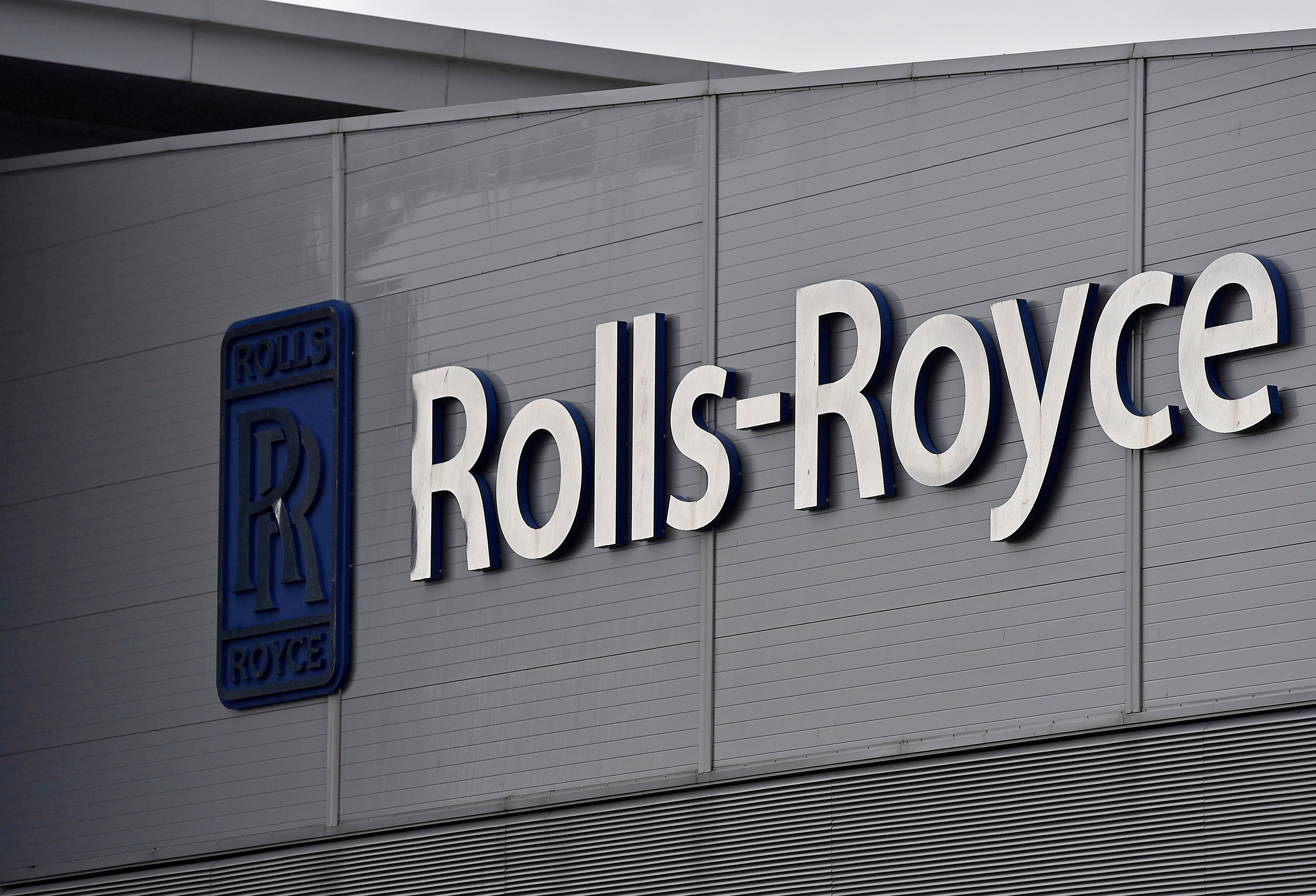 A Rolls-Royce logo is seen at the company's aerospace engineering and development site in Bristol, Britain, December 17, 2015.  REUTERS/Toby Melville