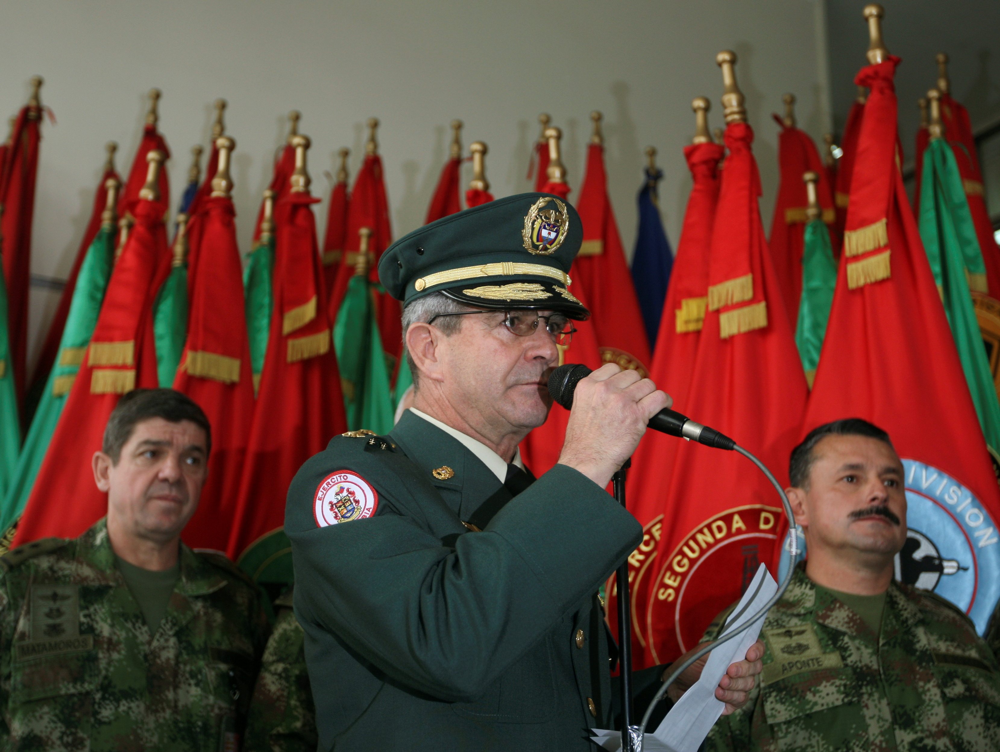 Colombia's army commander General Mario Montoya speaks to the media in Bogota, November 4, 2008. REUTERS/Jose Miguel Gomez/File Photo