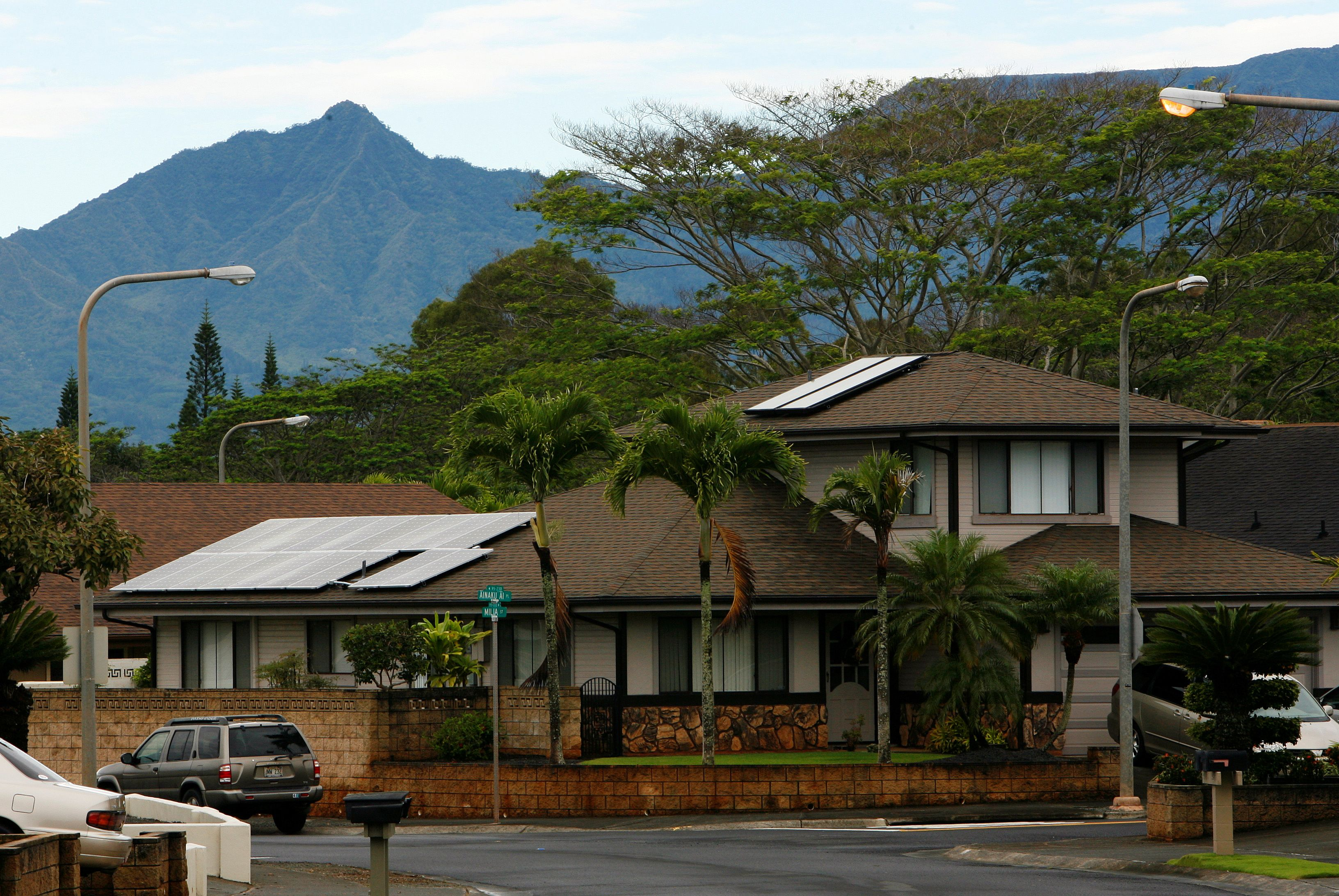 A view of houses with solar panels in the Mililani neighbourhood on the island of Oahu in Mililani, Hawaii, December 15, 2013.  REUTERS/Hugh Gentry (UNITED STATES - Tags: ENERGY BUSINESS)/File Photo