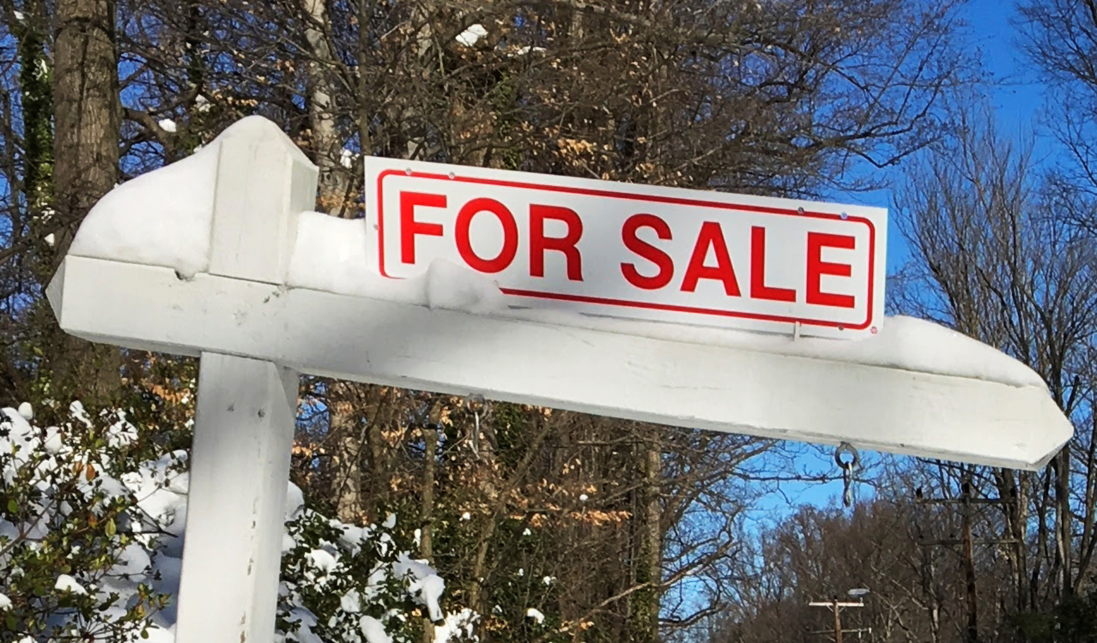 A house-for-sale sign is seen inside the Washington DC Beltway in Annandale, Virginia January 24, 2016.  REUTERS/Hyungwon Kang