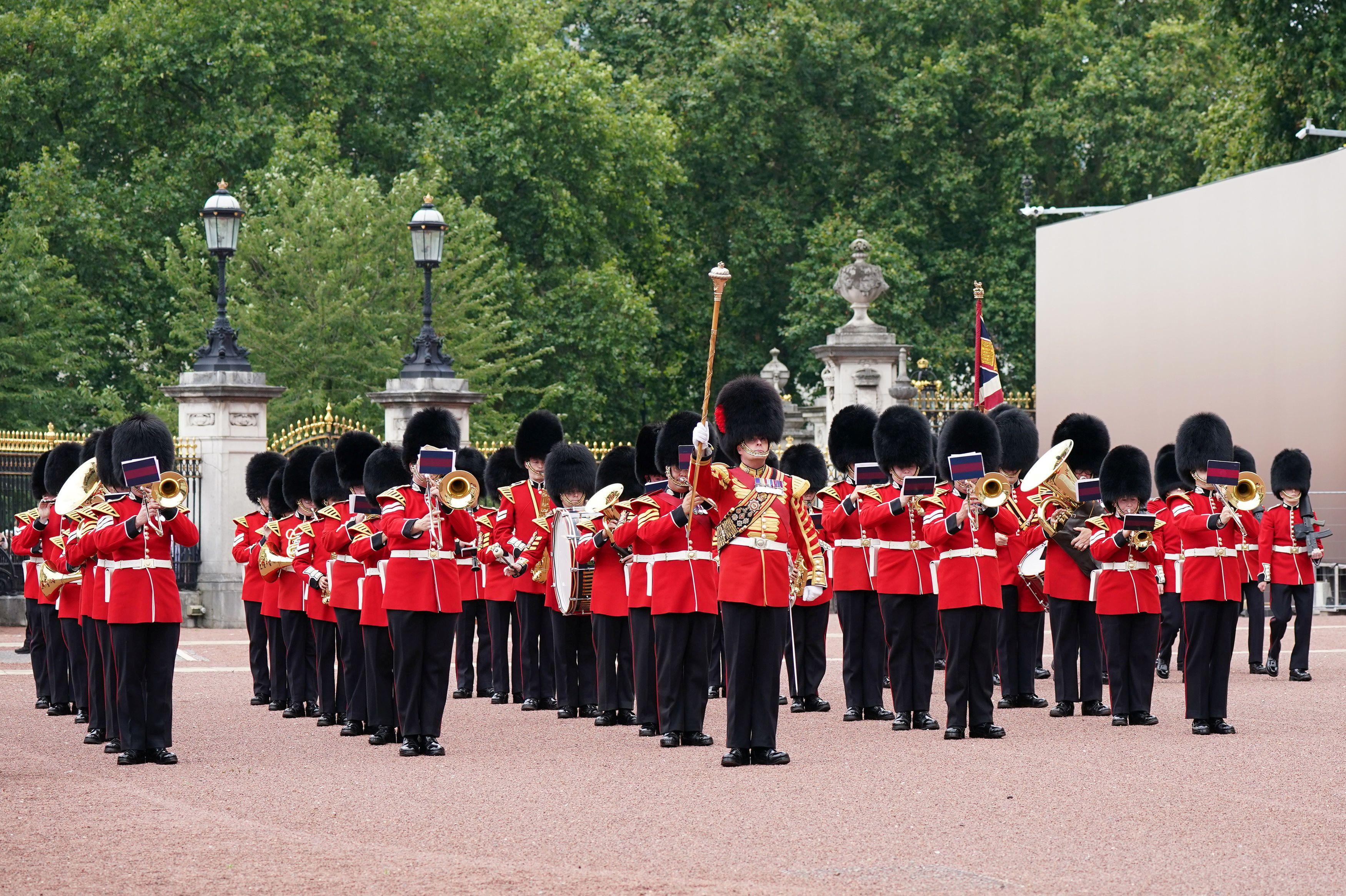 Miembros de la Guardia de Granaderos de la Compañía Nijmegen participan en el Cambio de Guardia en el Palacio de Buckingham en Londres, Gran Bretaña, el 23 de agosto de 2021. Yui Mok / Pool vía REUTERS