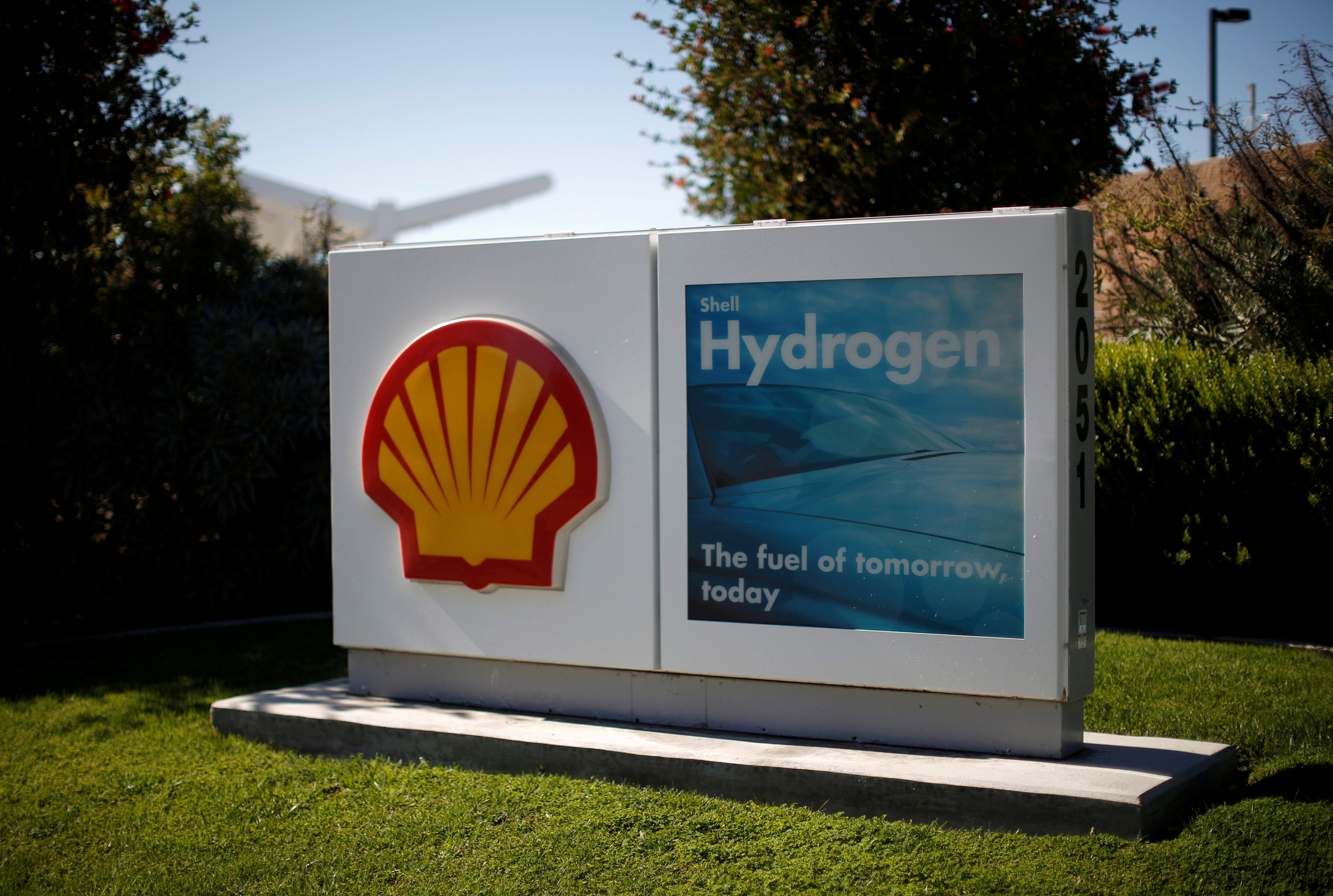 A Shell hydrogen station for hydrogen fuel cell cars is seen in Torrance, California September 30, 2014. REUTERS/Lucy Nicholson