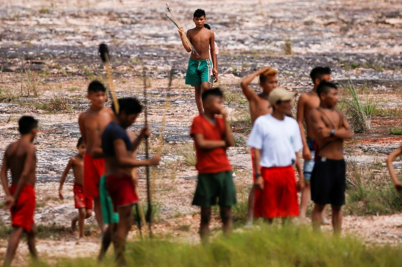 Indigenous prople from Yanomami ethnic group are seen, amid the spread of the coronavirus disease (COVID-19), at the 4th Surucucu Special Frontier Platoon of the Brazilian army in the municipality of Alto Alegre, state of Roraima, Brazil July 1, 2020. REUTERS/Adriano Machado/File Photo
