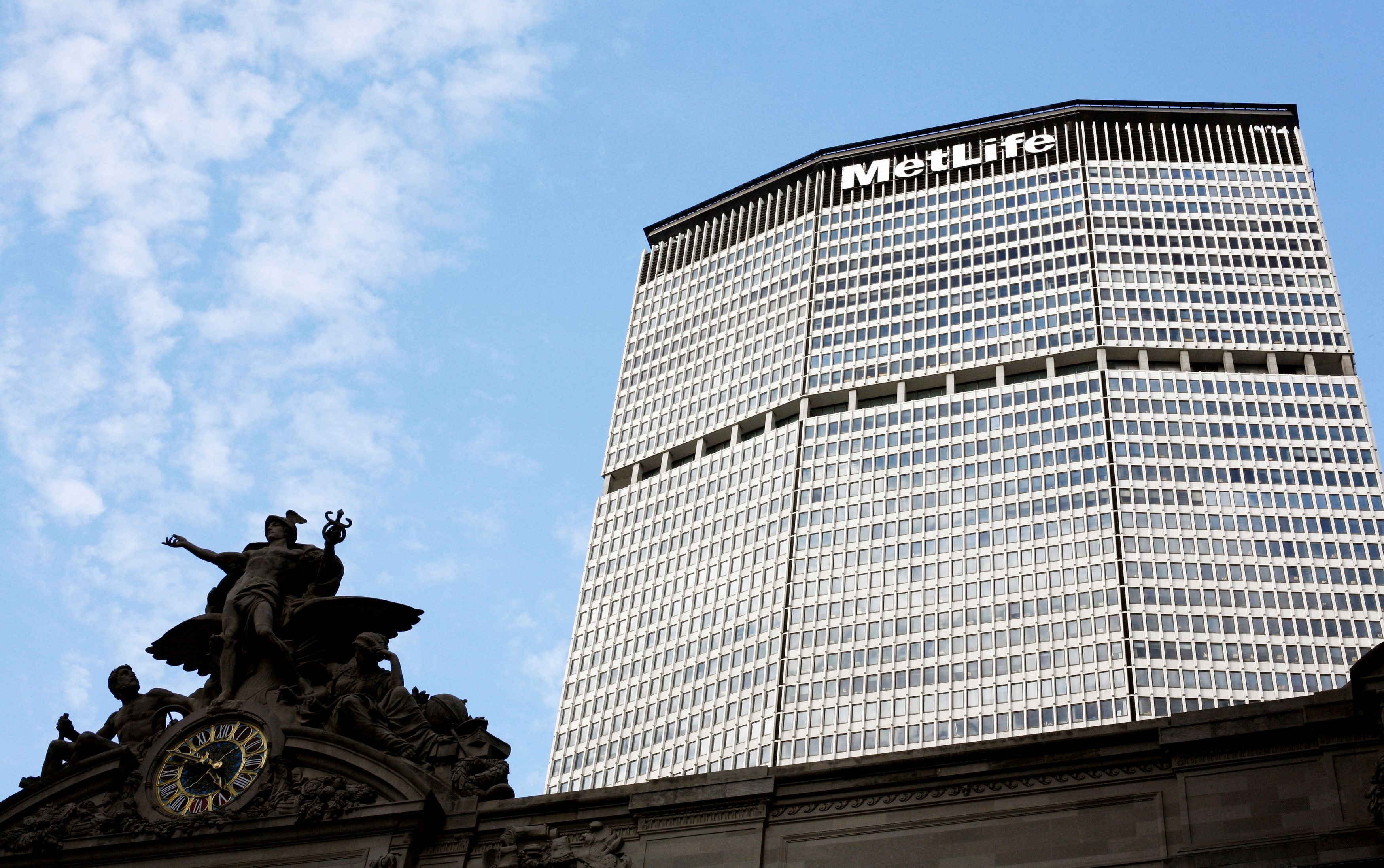 A statue stands atop Grand Central Station in front of the MetLife building in New York, October 8, 2008.  REUTERS/Lucas Jackson (UNITED STATES)/File Photo/File Photo