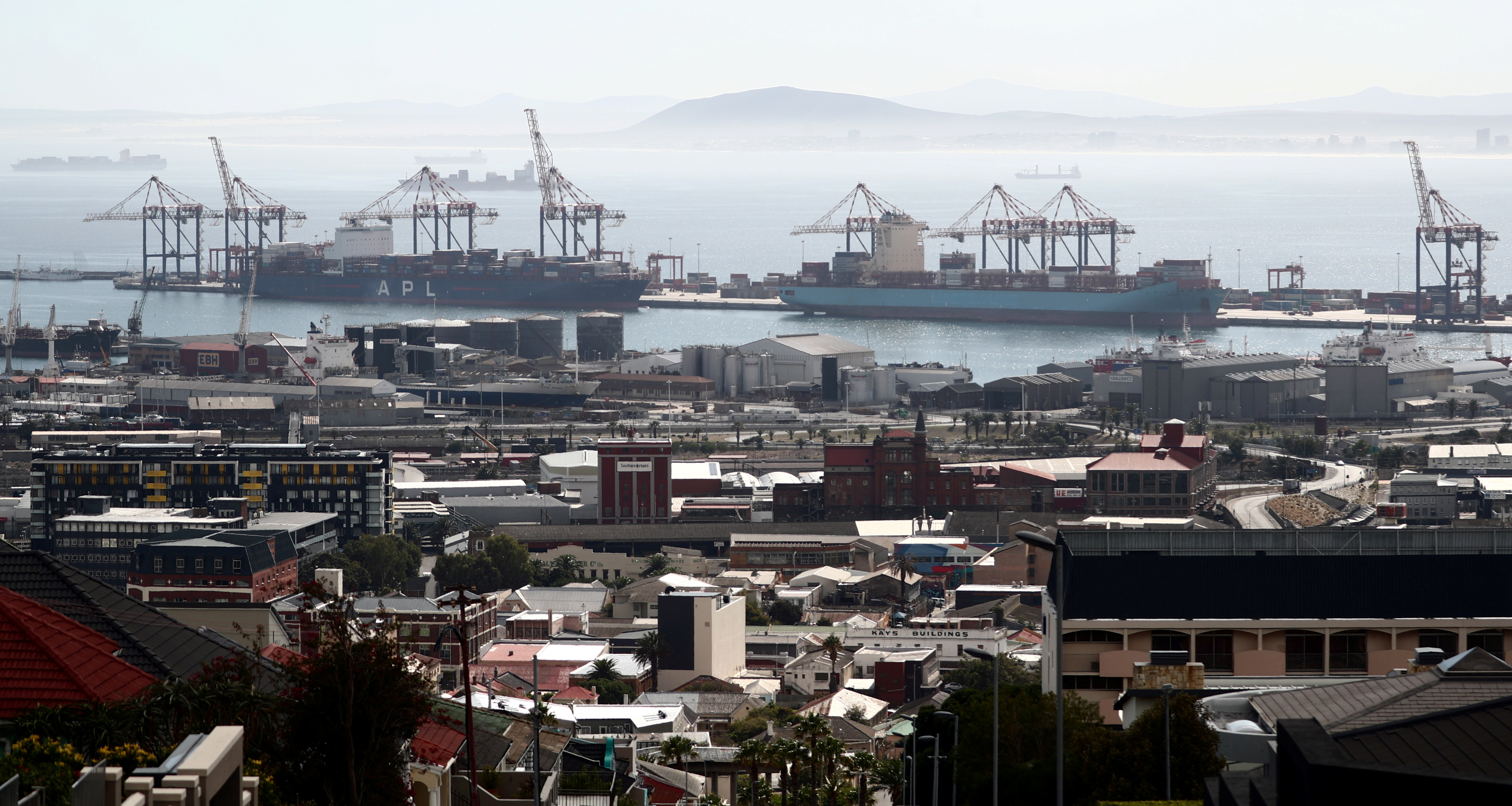 Container ships wait to load and offload goods in port during a 21-day nationwide lockdown aimed at limiting the spread of coronavirus disease (COVID-19) in  Cape Town, South Africa, April 17, 2020. REUTERS/Mike Hutchings/File Photo