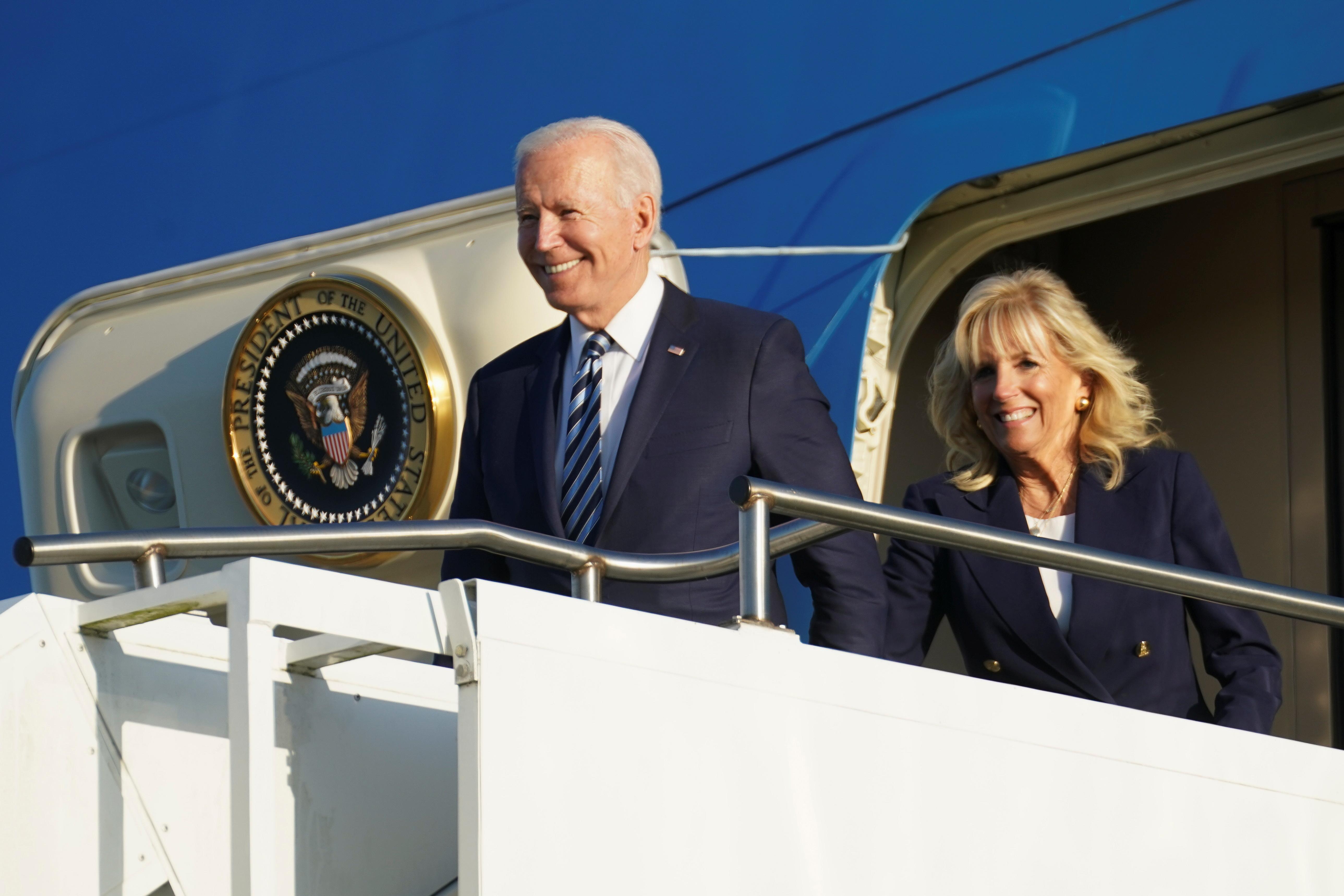ASV prezidents Džo Baidens un pirmā lēdija Džila Baidena pēc nosēšanās RAF Mildenhall pirms G7 augstākā līmeņa sanāksmes netālu no Mildenhallas, Lielbritānijā, 9. gada 2021. jūnijā izkāpj no Gaisa kara spēkiem One. REUTERS / Kevin Lamarque